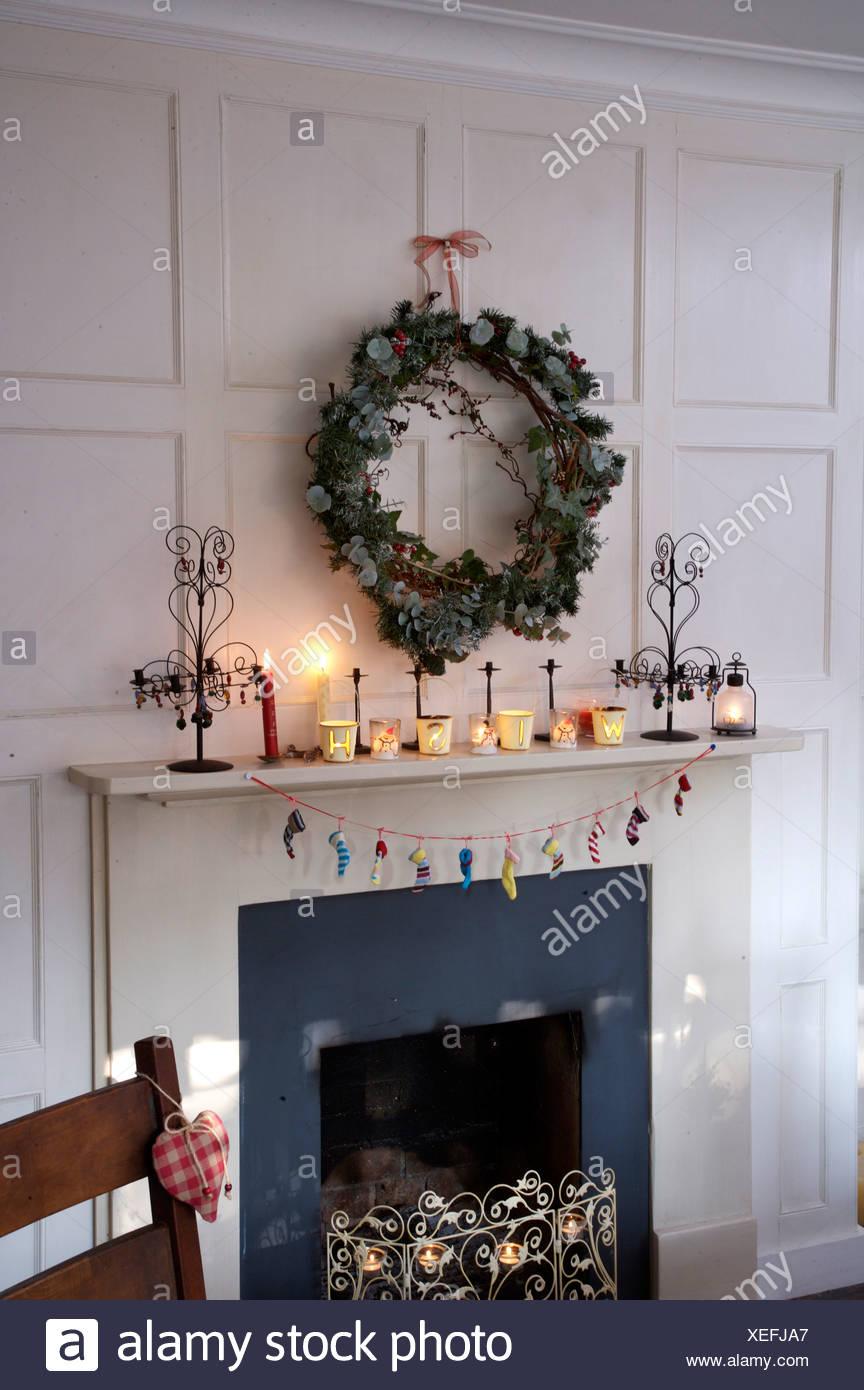 Schon Efeu Und Koniferen Kranz über Dem Kamin Im Weißen Getäfelten Speisesaal Für Weihnachten  Dekoriert Mit Brennenden Kerzen Auf Kaminsims