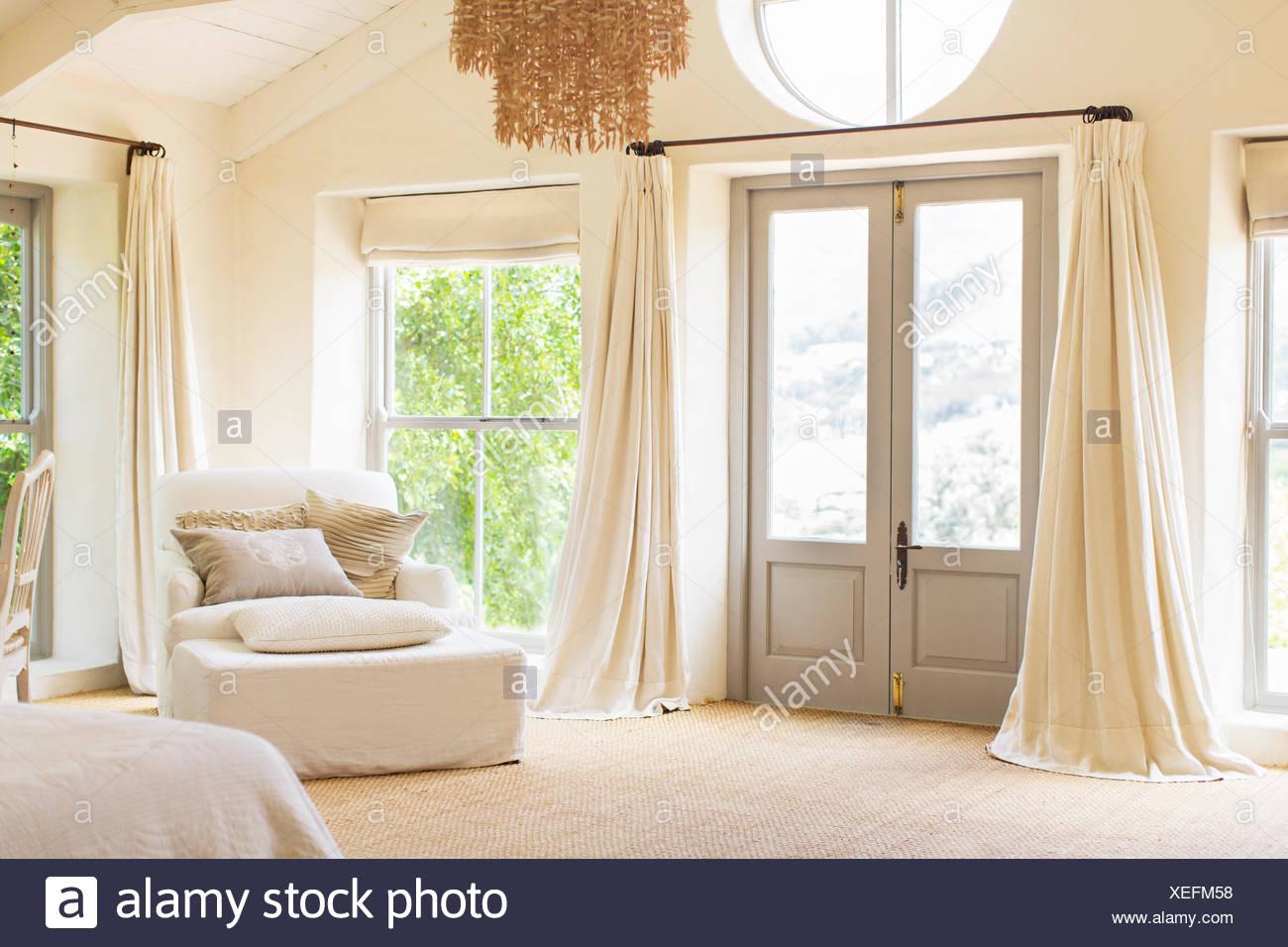 Haustür und Sessel im Landhaus Stockbild