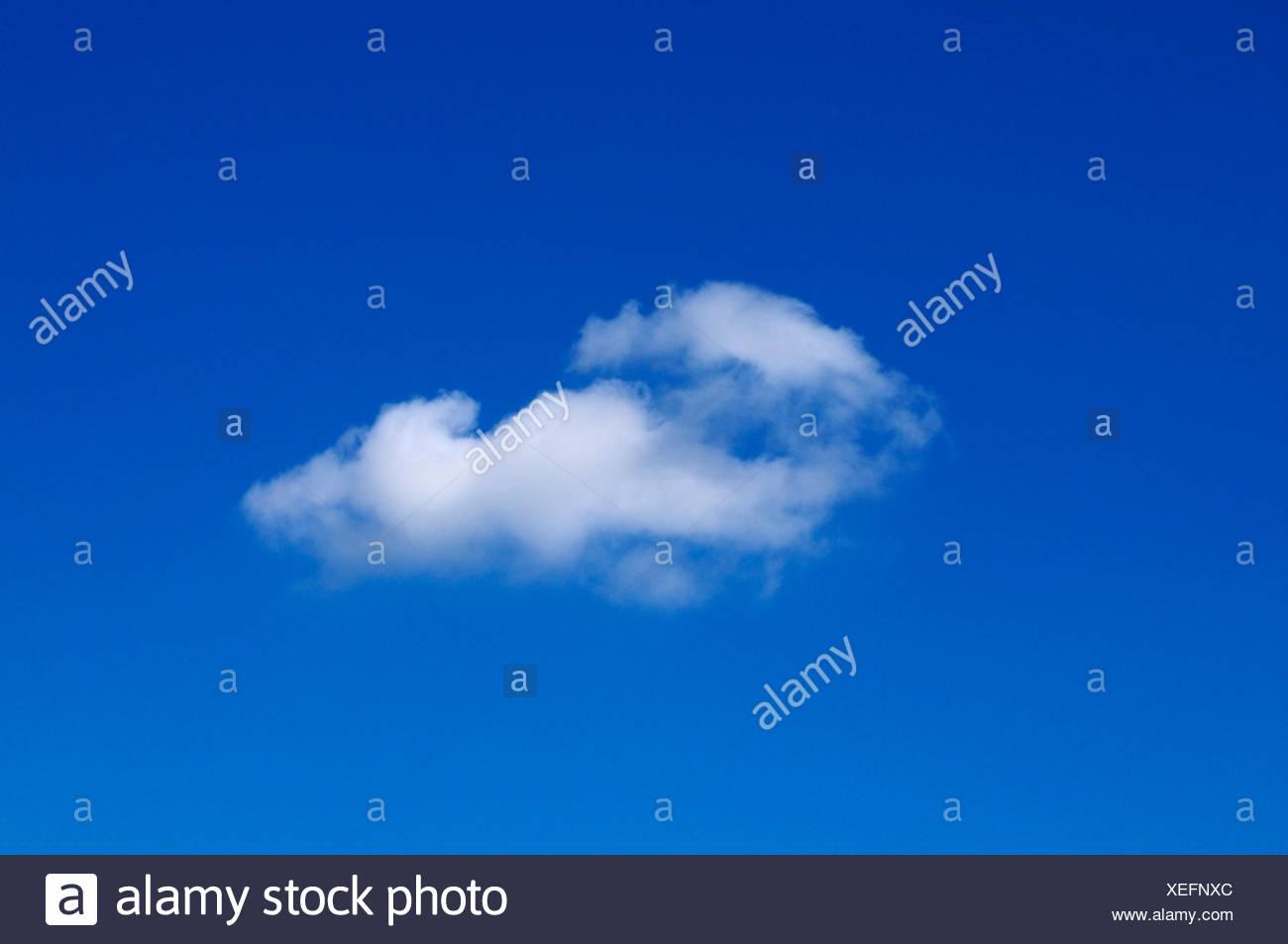 Cirrostratus Wolke am blauen Himmel Stockbild