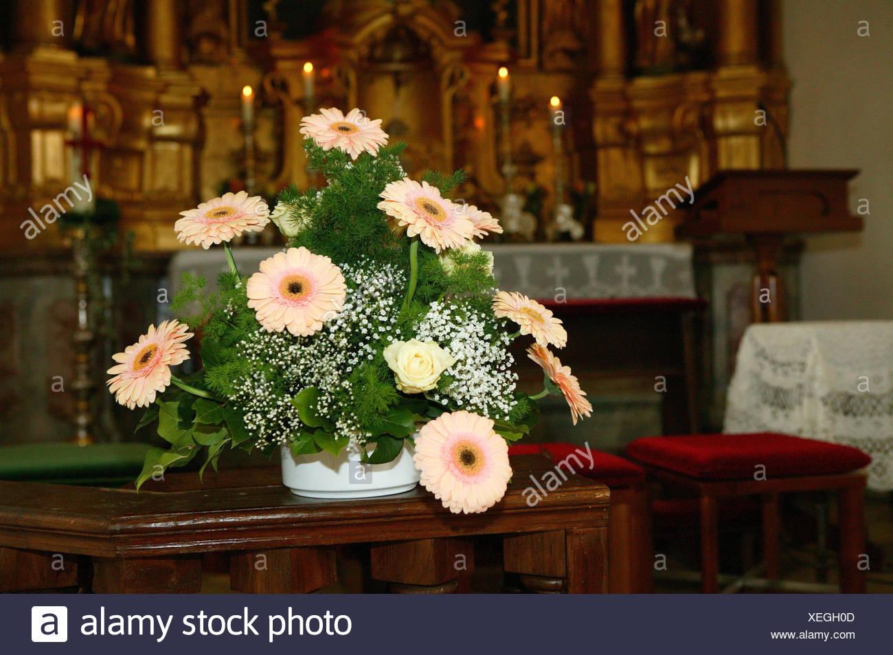 Hochzeit Kirche Blumen Arrangement Stockfoto Bild 284335645 Alamy