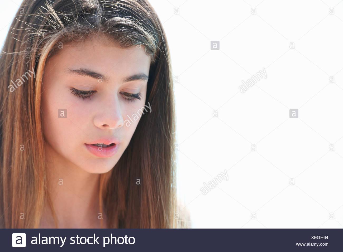 Porträt von Brünette Teenager-Mädchen auf der Suche nach unten Stockbild