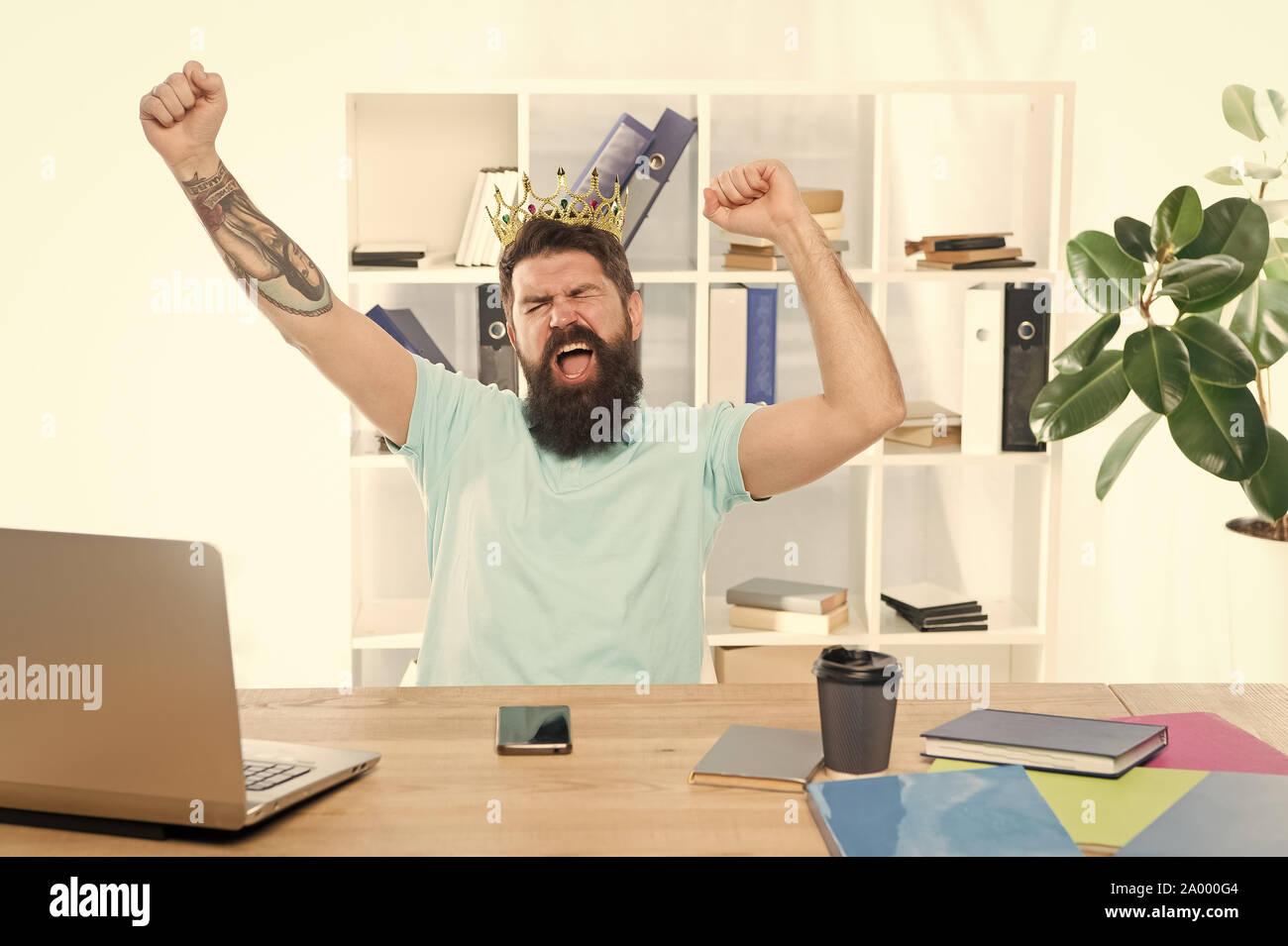 Feliz ganador engreída. confía el hombre sonriente. Emoción humana positiva. La expresión facial del hombre barbado hipster. sensación y reacción. codiciosos negocios. altruista se sacrifica. problemas sociales. Foto de stock