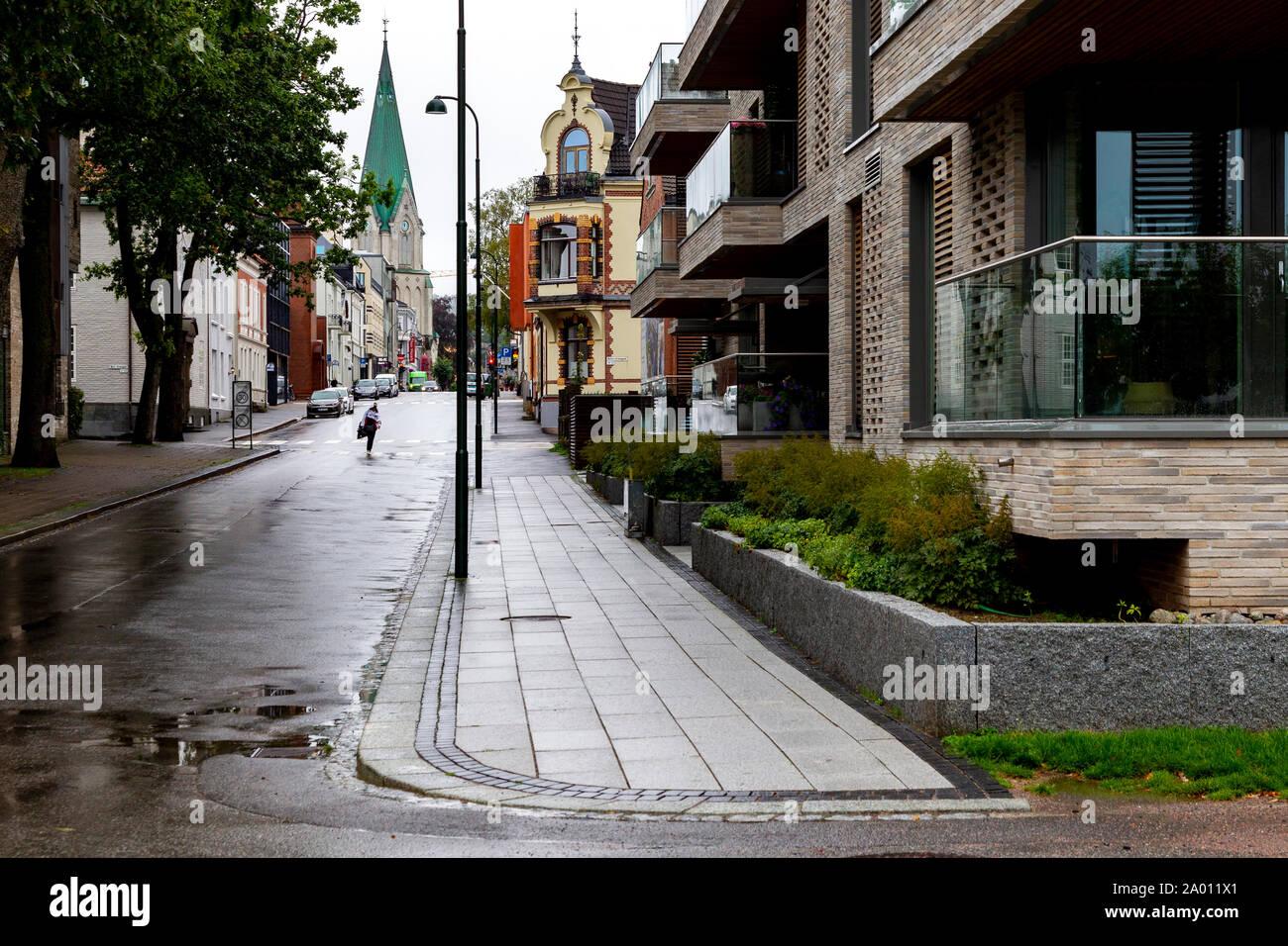 Calle con alojamiento en un día lluvioso en Kristiansands, Noruega. Foto de stock