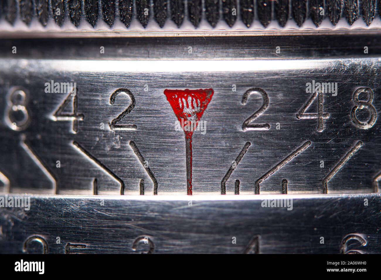 Una macro fotografía de la focalización sobre un antiguo aparato de medición de la lente de la cámara. Foto de stock