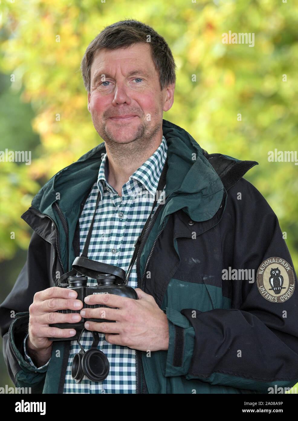 Criewen, Alemania. 16 Sep, 2019. Dirk Treichel, jefe de la parte inferior de la administración del Parque Nacional del Valle del Oder (Uckermark), se encuentra bajo los árboles en el Parque Nacional. Brandenburg es Kranichland. Una cuarta parte de los 10.000 parejas reproductoras en Alemania anidan en la marca. Debido a la sequía, sin embargo, sólo hay pequeñas crías de este año. Naturaleza conservacionistas temen que el más grande de Europa, las especies de aves migran en el largo plazo. Crédito: Patrick Pleul/dpa-Zentralbild/ZB/dpa/Alamy Live News Foto de stock
