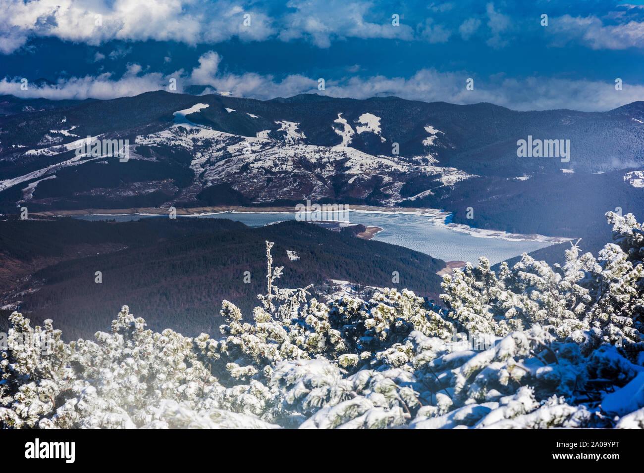 Lago congelado en el invierno, las montañas rodada en Rumanía Foto de stock