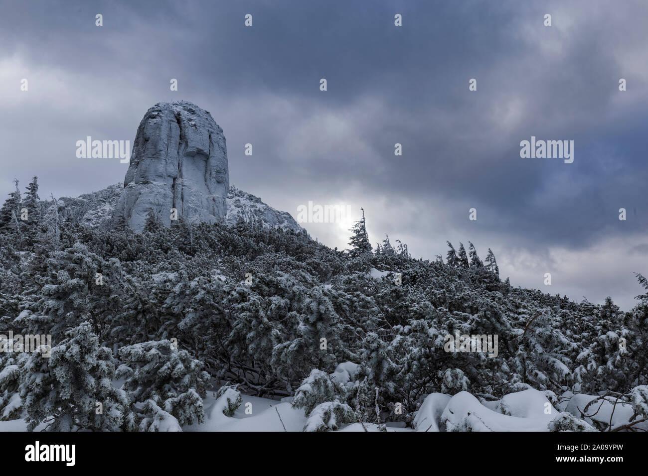 Rocas gigantes en la cima de la montaña, rodada en Rumanía Foto de stock