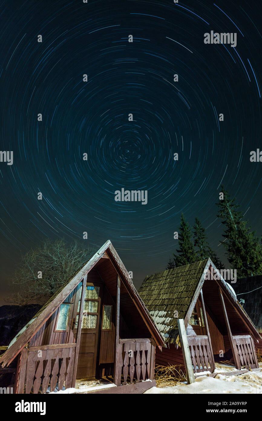 Estelas de estrellas más pequeñas cabañas, rodada en las montañas de Rumania Foto de stock