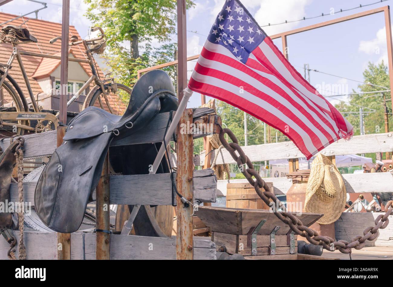 Bandera americana sobre la carrocería del vintage Ford Truck con antigua granja stuff- sombrero de paja, rusty bicicleta, latas oxidadas y la montura. Foto de stock