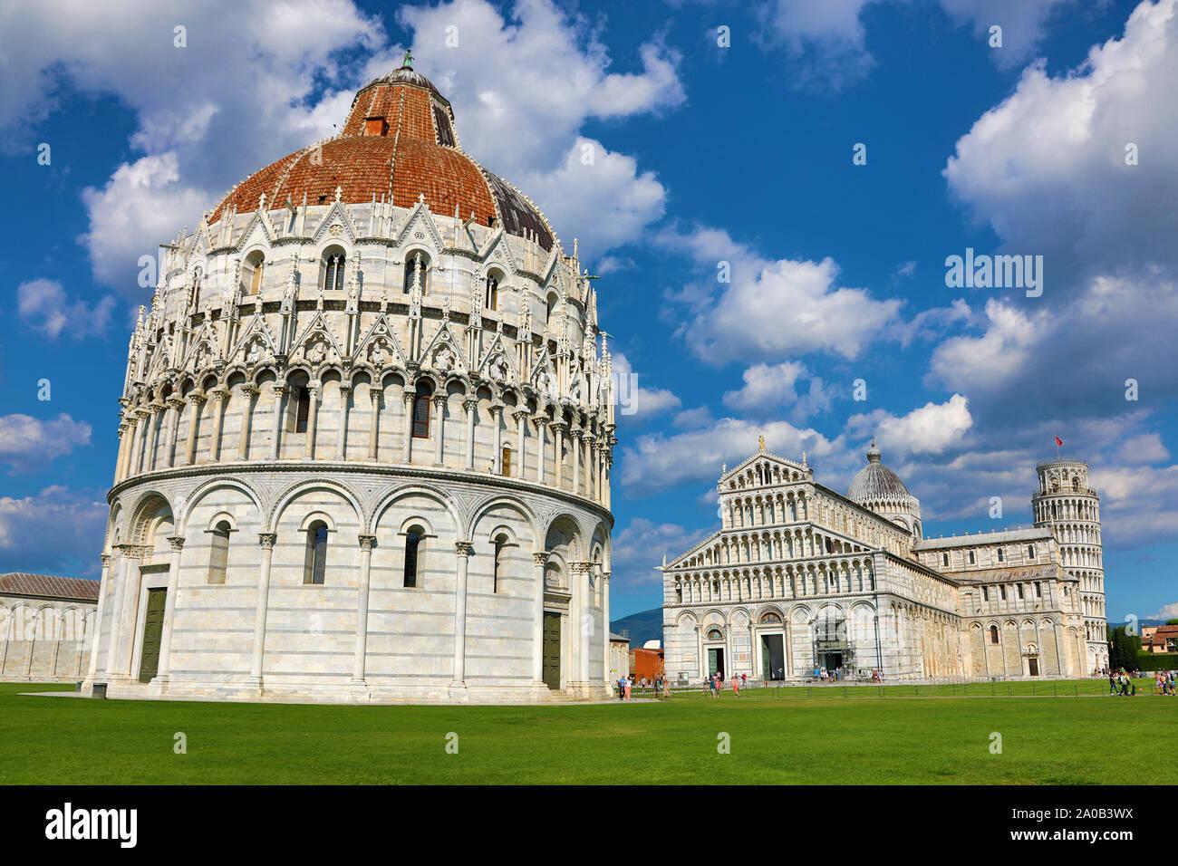 Pisa Baptisterio de San Juan, La Catedral de Pisa y la Torre Inclinada de Pisa, campanario, la Piazza dei Miracoli, en Pisa, Italia Foto de stock