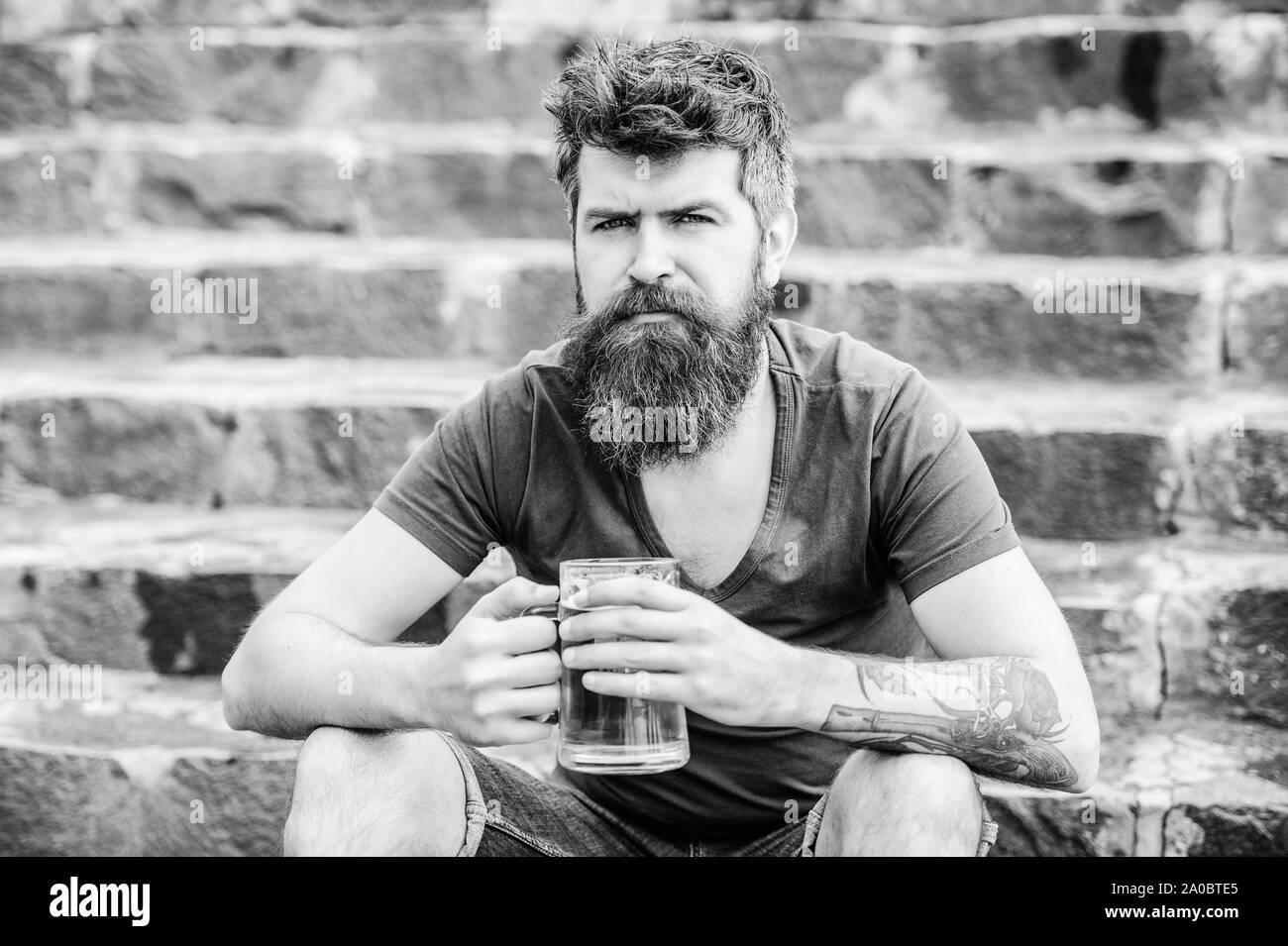 Beber cerveza bebidas alcohólicas. brutal macho necesita un refresco. Hipster madura con el pelo de la barba bebiendo cerveza. fin de semana relax. Hombre Barbado con vaso de cerveza al aire libre. Controlar la calidad de la cerveza. Foto de stock