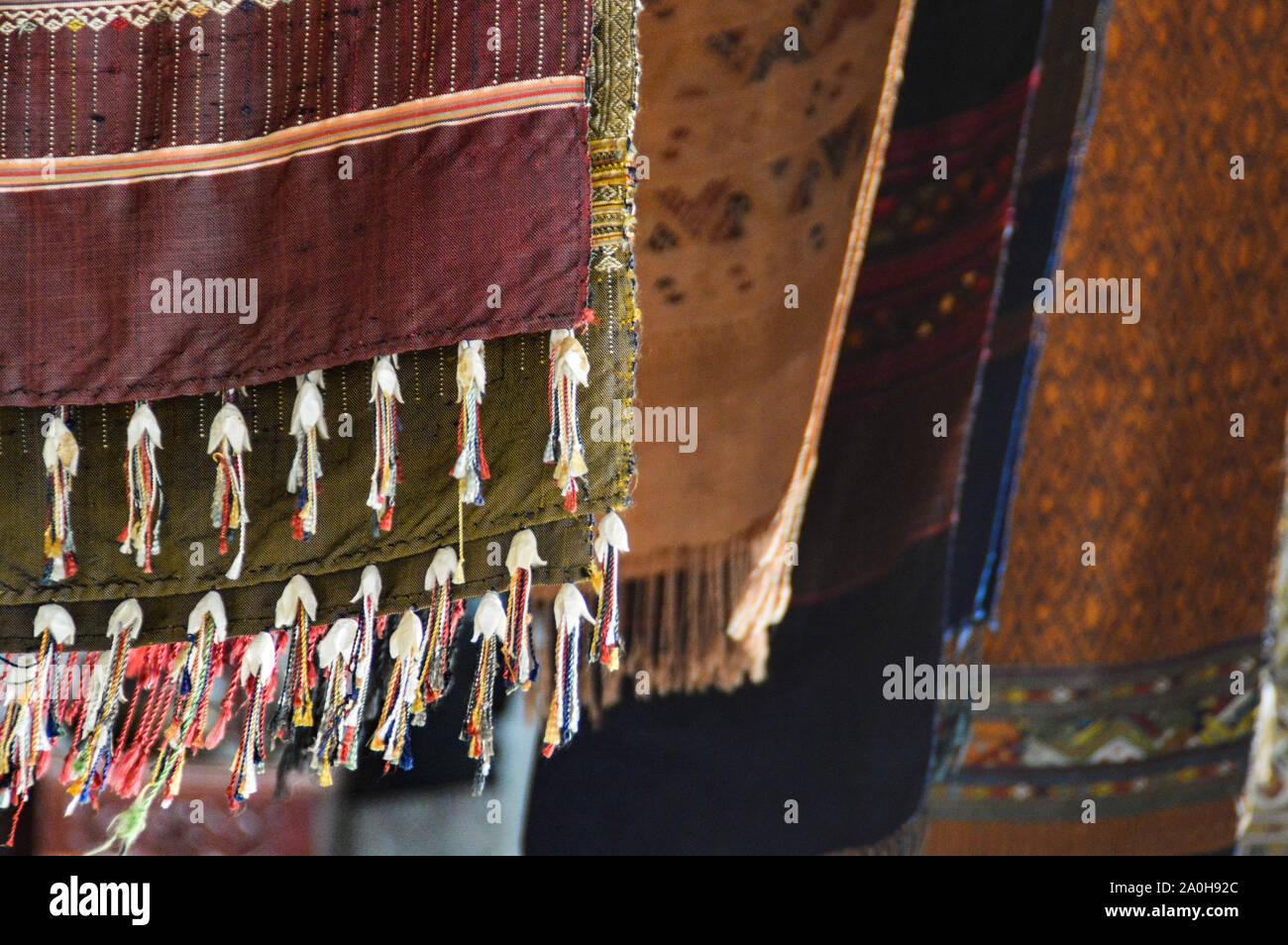 Las tradicionales Silas Laosianas tejidas a mano se venden como recuerdos populares en el mercado nocturno de Luang Prabang, Laos Foto de stock