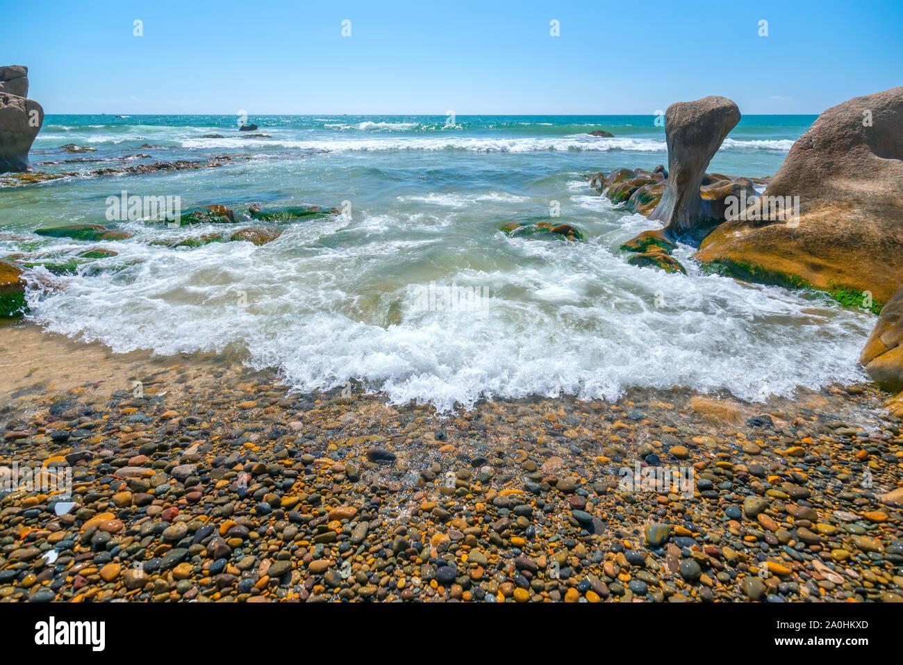 Extraño piedras cubiertos de musgos y algas celebra el amanecer hermoso nuevo día Foto de stock