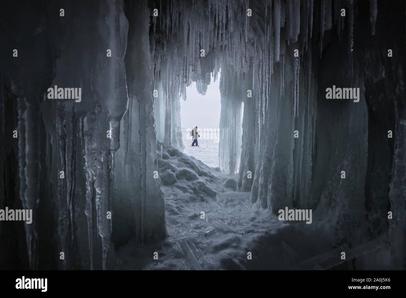 Cueva de hielo congelado desde el Lago Baikal. Foto de stock