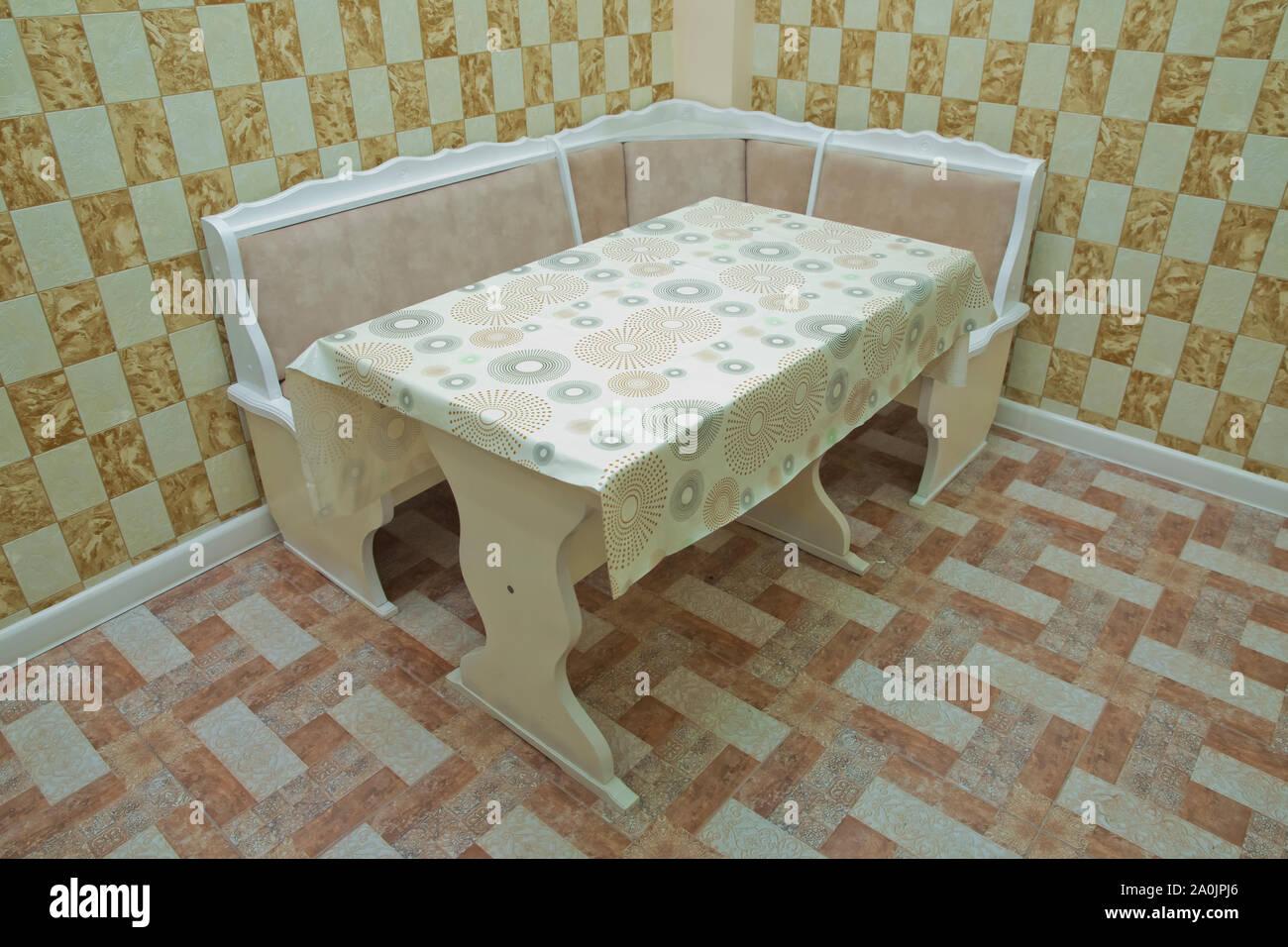Esquina cocina, sofá y mesa en el interior . Diseño de ...