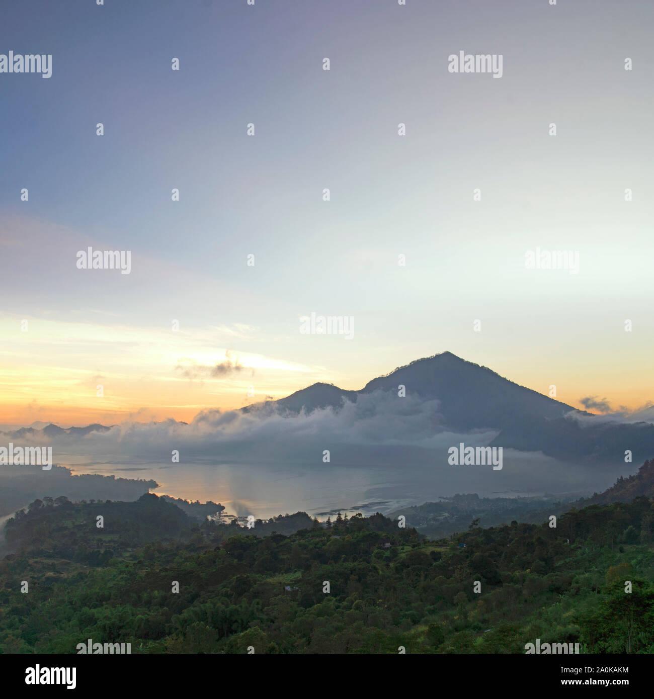Monte Agung al atardecer, Bali, Indonesia Foto de stock