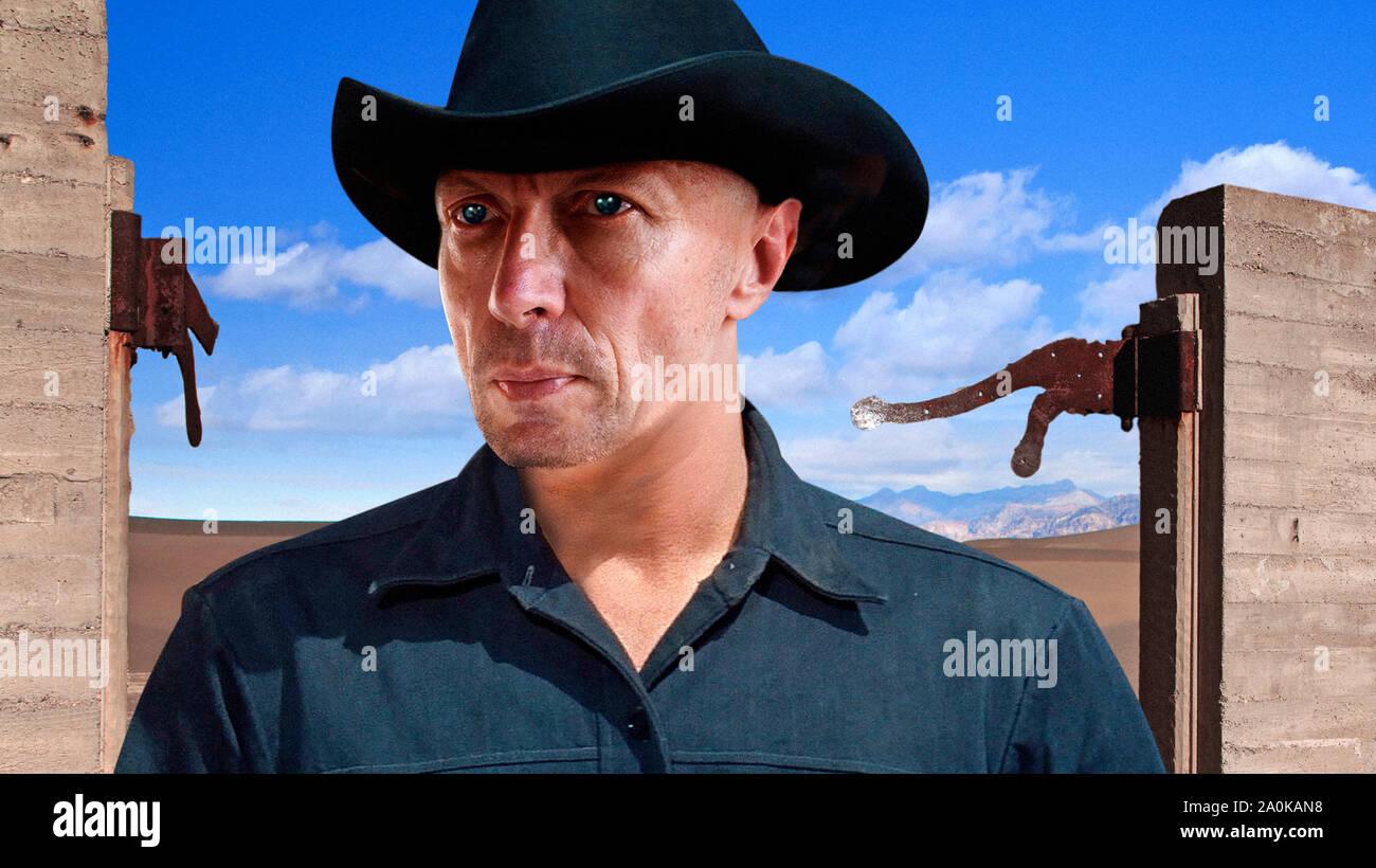 Cabeza y hombros Retrato del hombre en el sombrero de cowboy contra el fondo del desierto Foto de stock