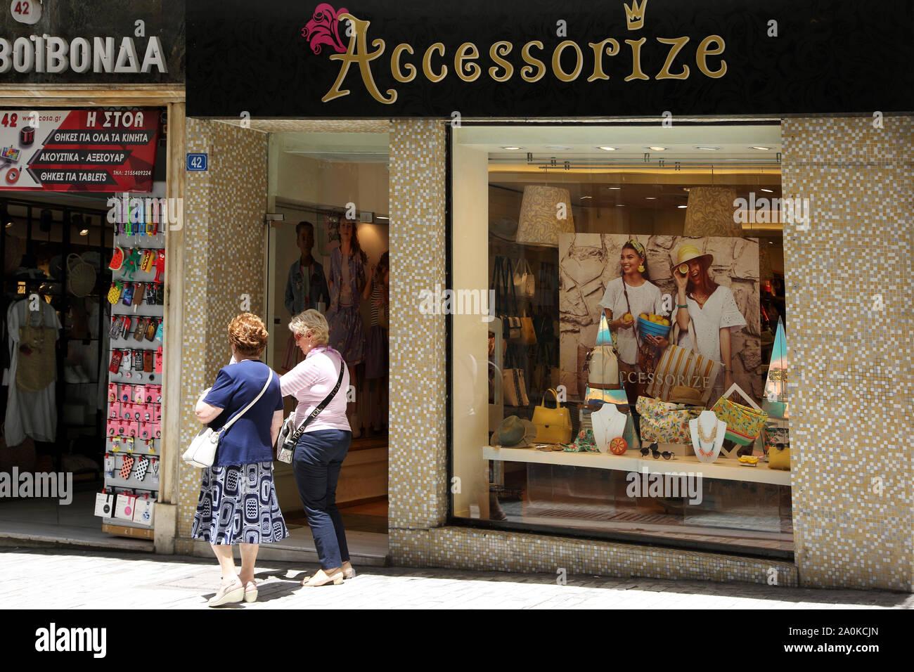 Atenas, Grecia la calle Ermou Mujeres fuera complemente shop Foto de stock