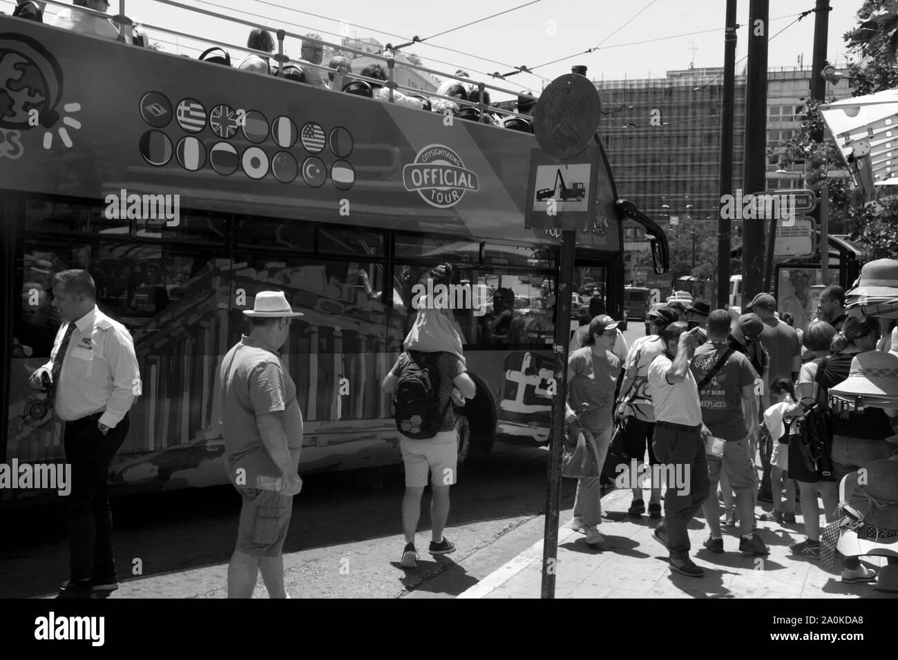 Autobuses turísticos y turistas la plaza Syntagma Atenas Attica Grecia Foto de stock