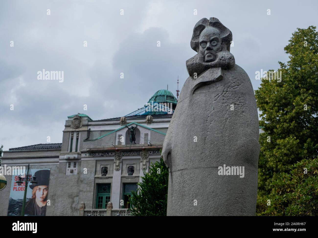 Estatua de Henrik Ibsen fuera de la antigua Ópera de Bergen, el edificio del Teatro Nacional Foto de stock