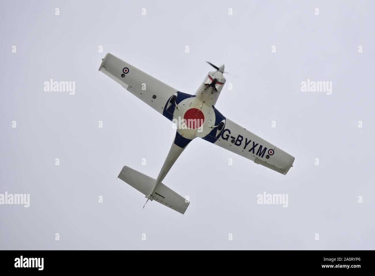 Royal Air Force Grob G115E Tutor (G-BYXM) actuando en el Royal International Air Tattoo 2019 Foto de stock