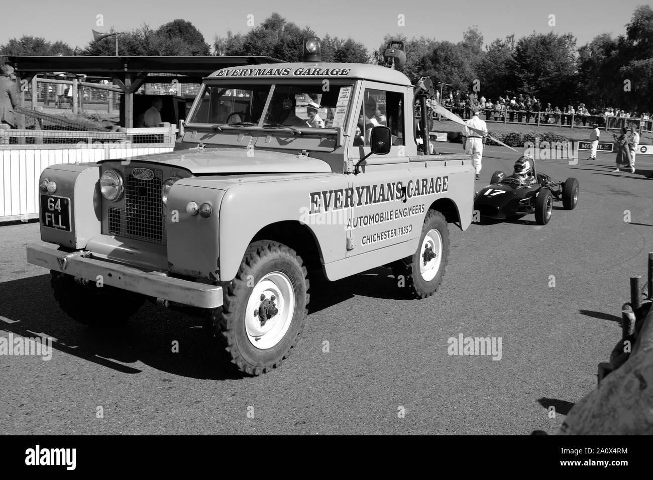 Septiembre de 2019 - Land Rover serie 2, la recuperación de un coche de carreras en la reunión de la raza de renacimiento de Goodwood Foto de stock