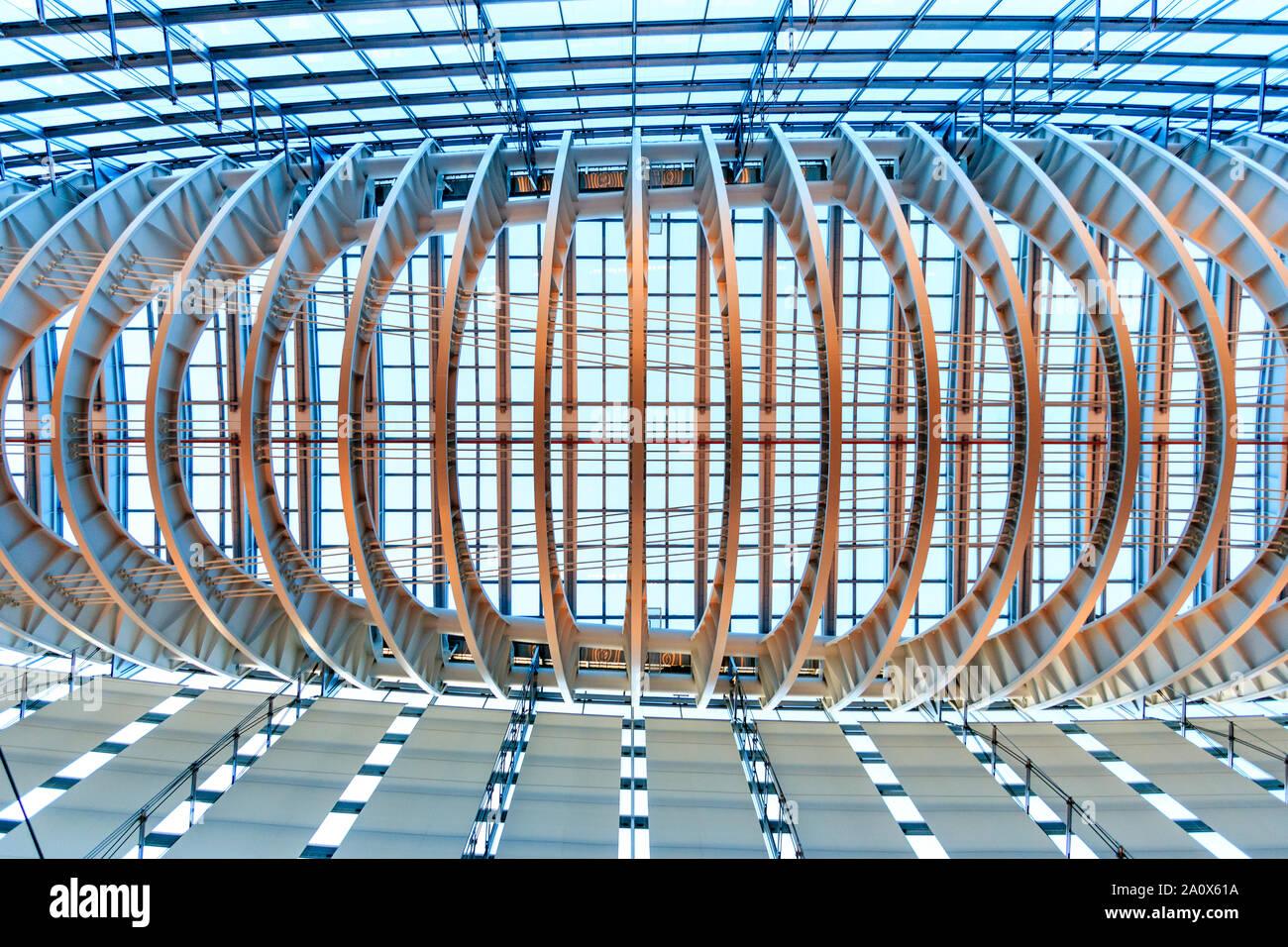Japón, el Foro Internacional de Tokio. Interior. El cristal del techo con marco de metal visto directamente desde abajo. Iluminado con luz suave, azul hora. Foto de stock