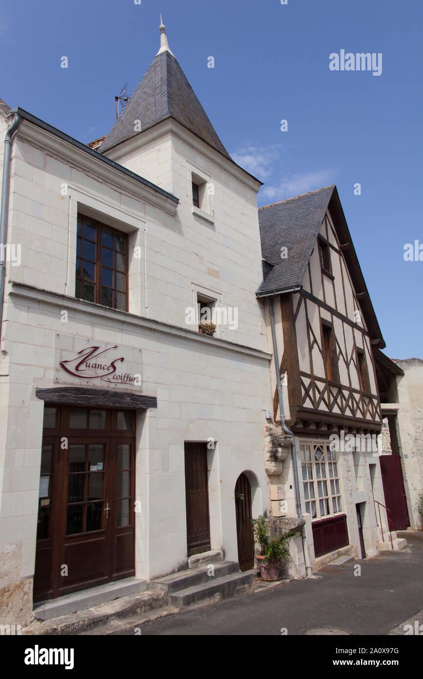 Ciudad de Montreuil-Bellay, Francia. Un coiffure y entramado de madera en la parte superior de la casa de Montreuil-Bellay's St Pierre pasos (Escalier Saint-Pierre). Foto de stock