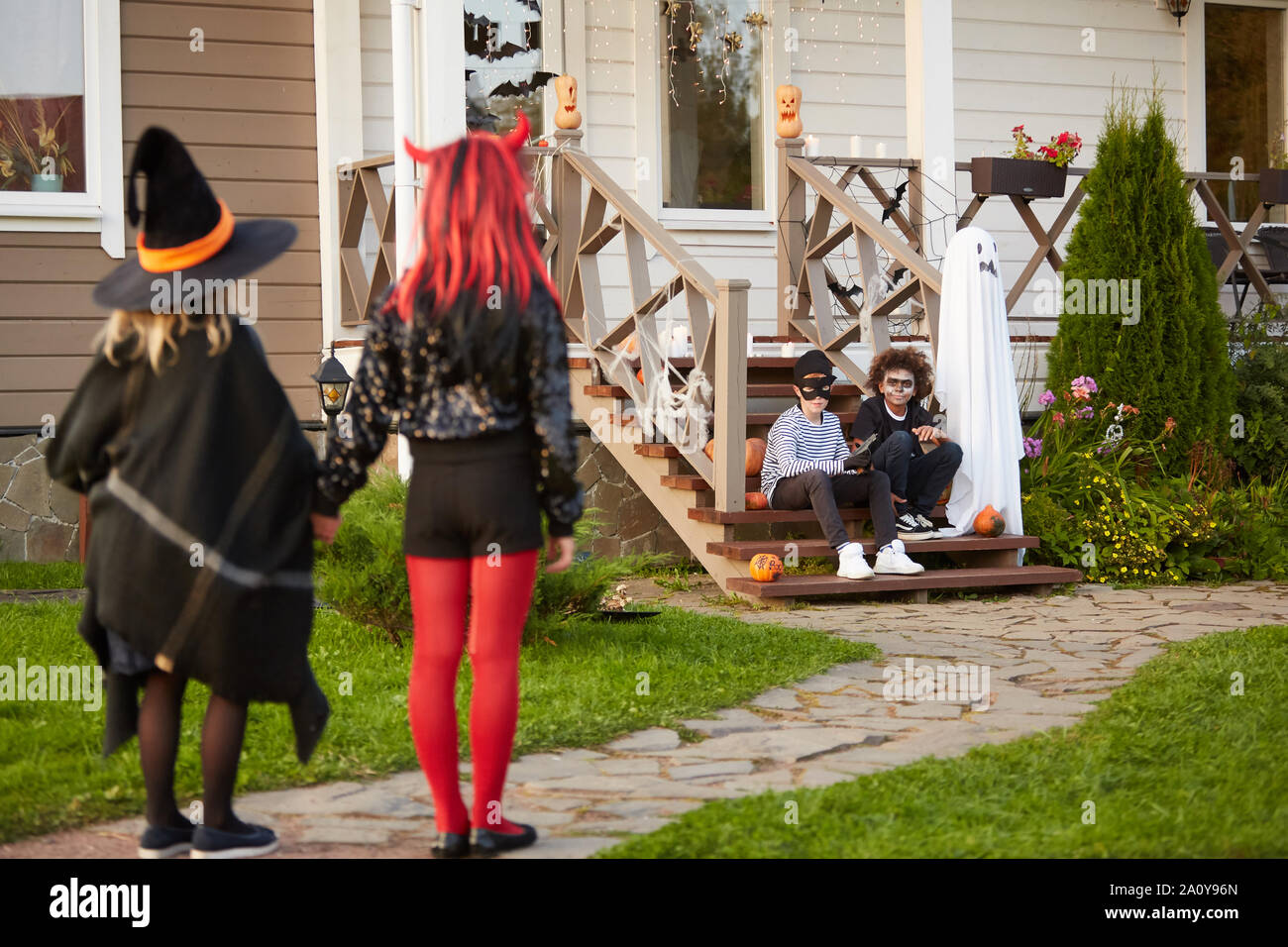 Grupo multiétnico de reunión al aire libre para niños en Halloween para ir con la tradición del truco o trato juntos, espacio de copia Foto de stock