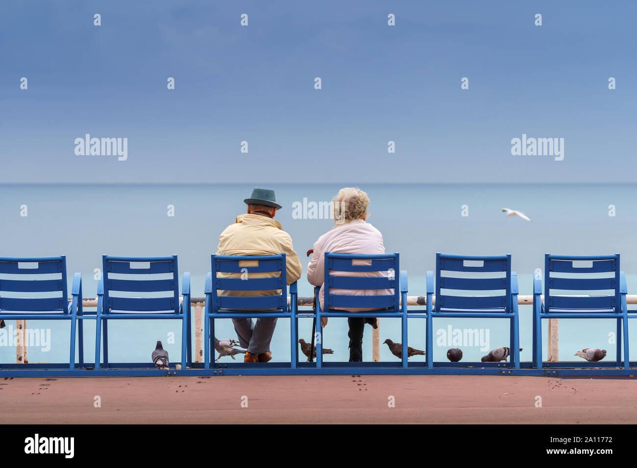 Vida feliz y longevo concepto. Apuesto hombre viejo y hermosa anciana sentados juntos Foto de stock