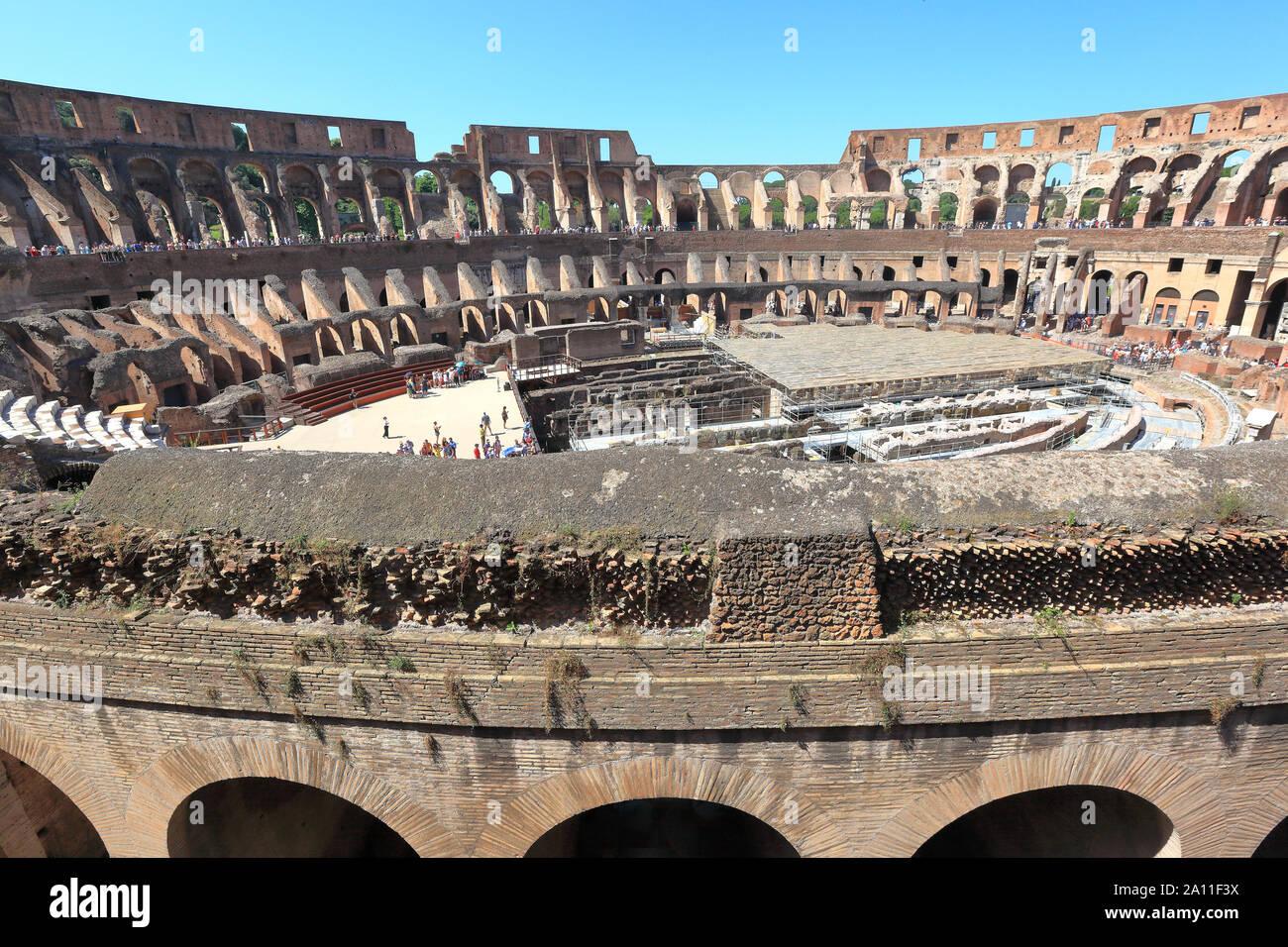 Editorial - Roma, Italia 16 de junio 2019: El interior del Coliseo, ahora un importante destino turístico. Foto de stock