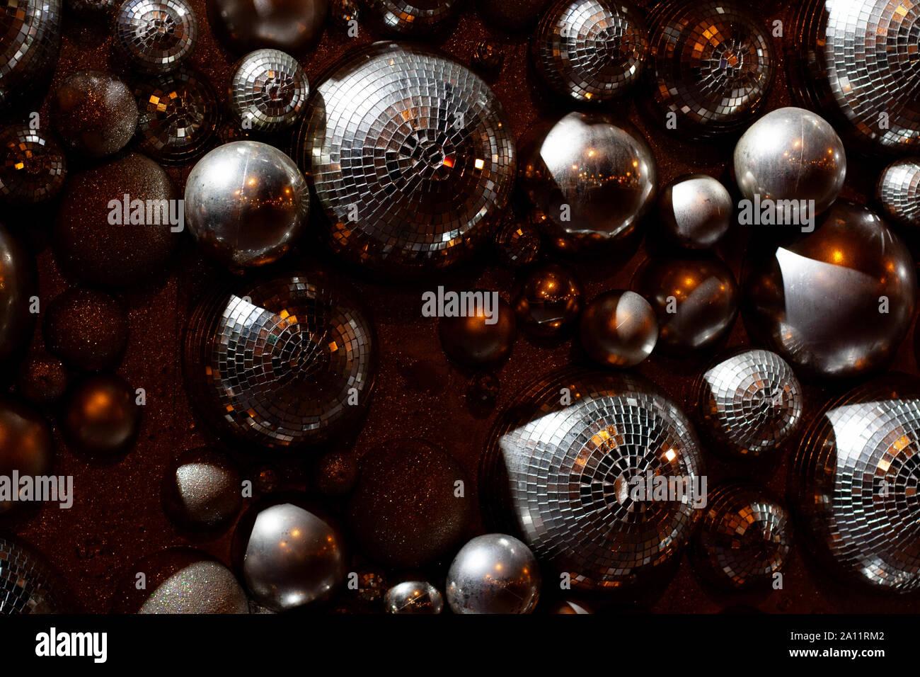 Plata bolas de discoteca composición con relucientes luces doradas Foto de stock