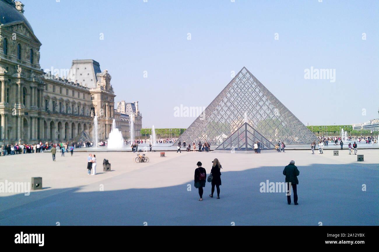 Exterior de la Pirámide del Louvre Museo construido en el siglo XVIII en París. Abril 16, 2011. París, Isla de Francia, Francia, Europa. Viajes Turismo Street Foto de stock