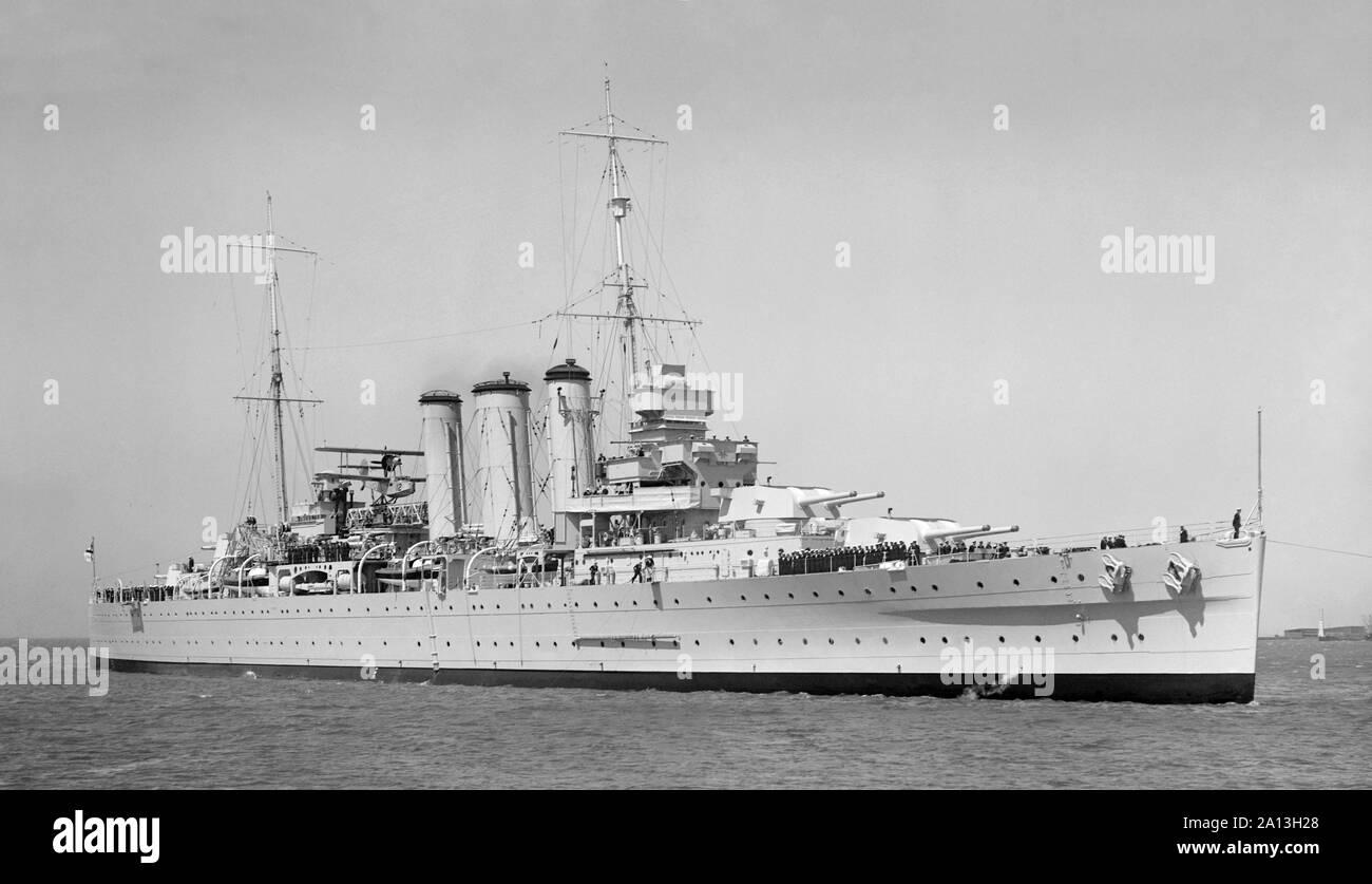 HMAS Australia (D84) navegando por el mar, octubre de 1937. Foto de stock