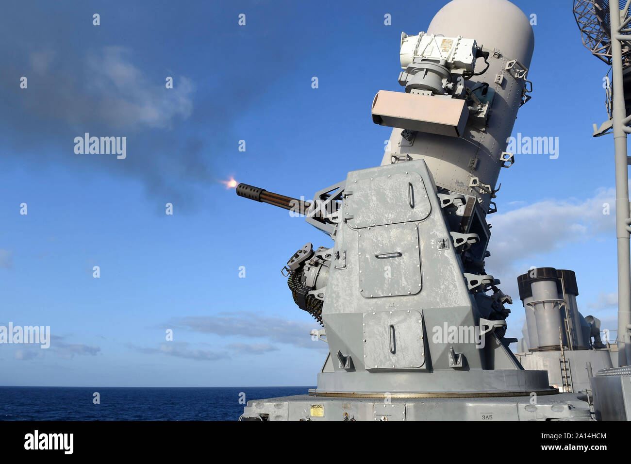 El cierre de sistema seapon incendios rondas de 20mm a bordo del USS Vicksburg. Foto de stock