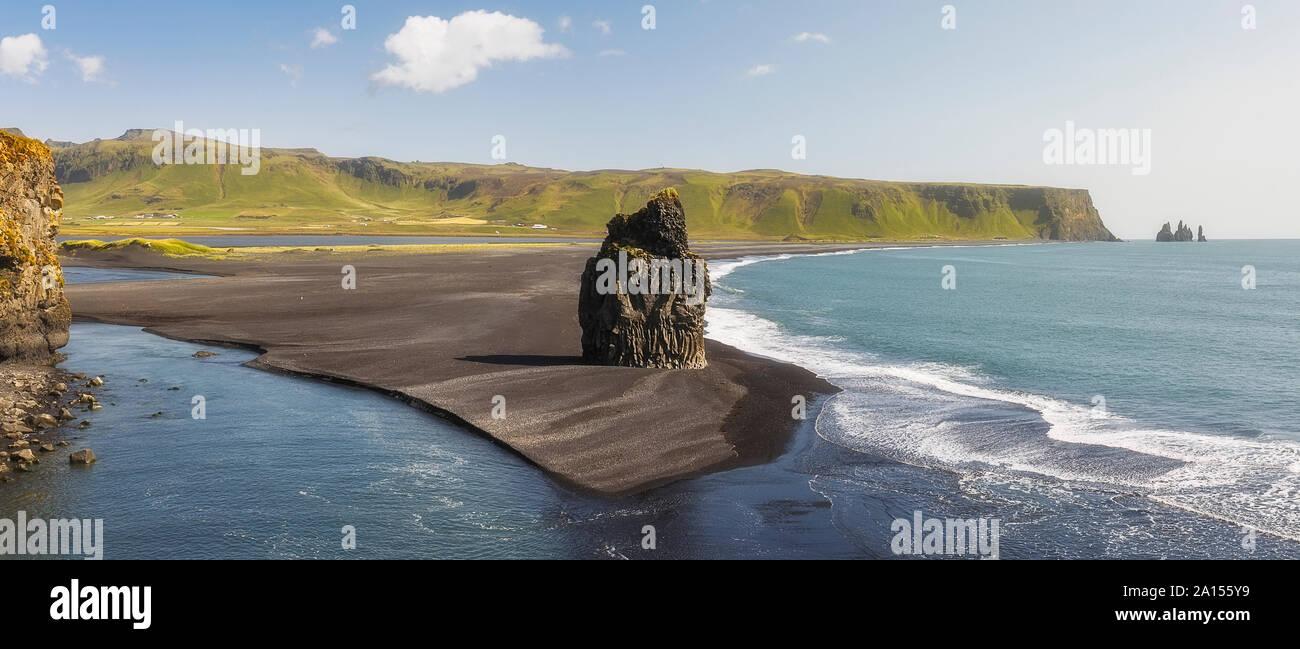 Pila de mar playa Kirkjufjara prominentes, Islandia Foto de stock