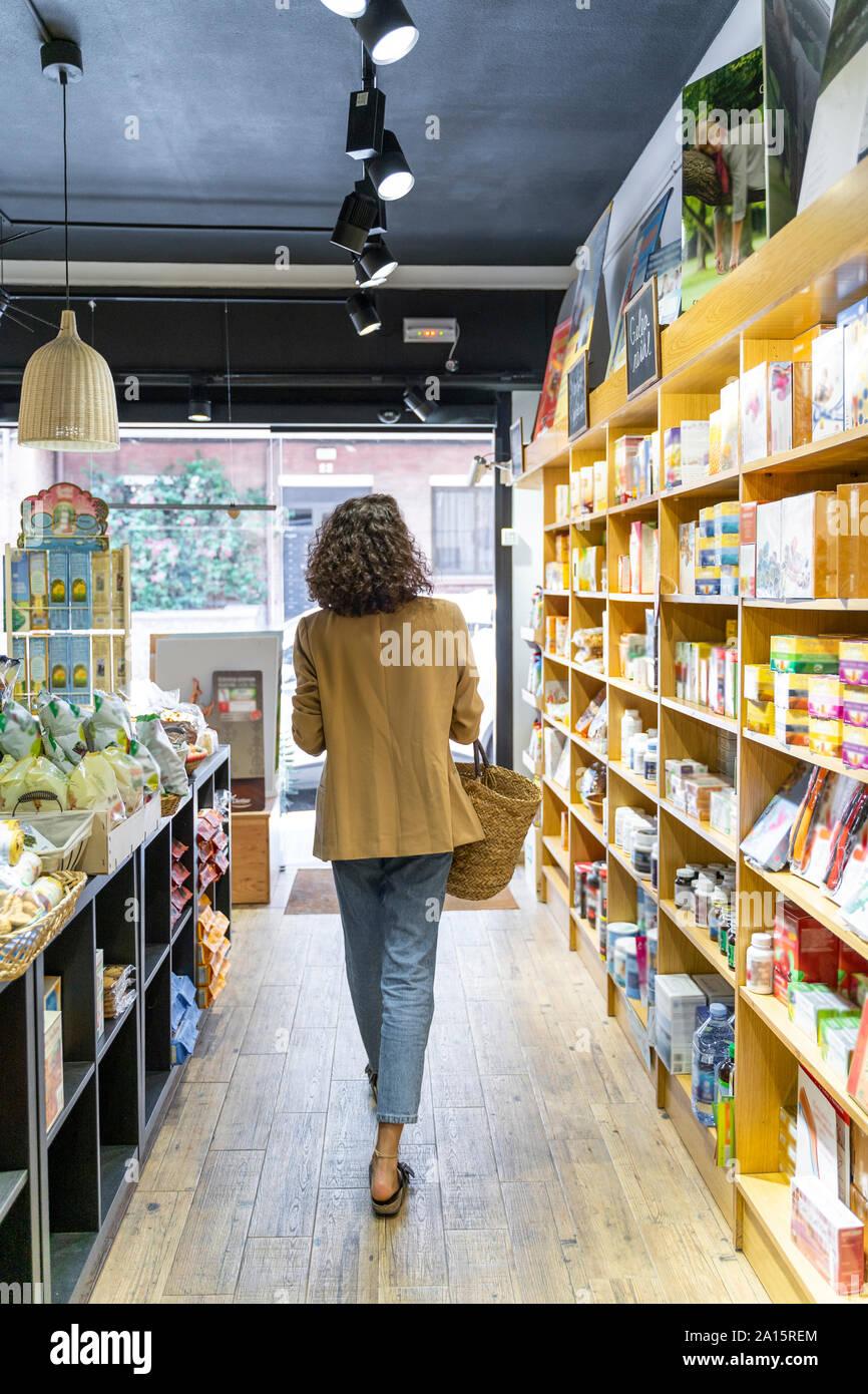 Mujer joven de compras en una tienda de alimentos Foto de stock
