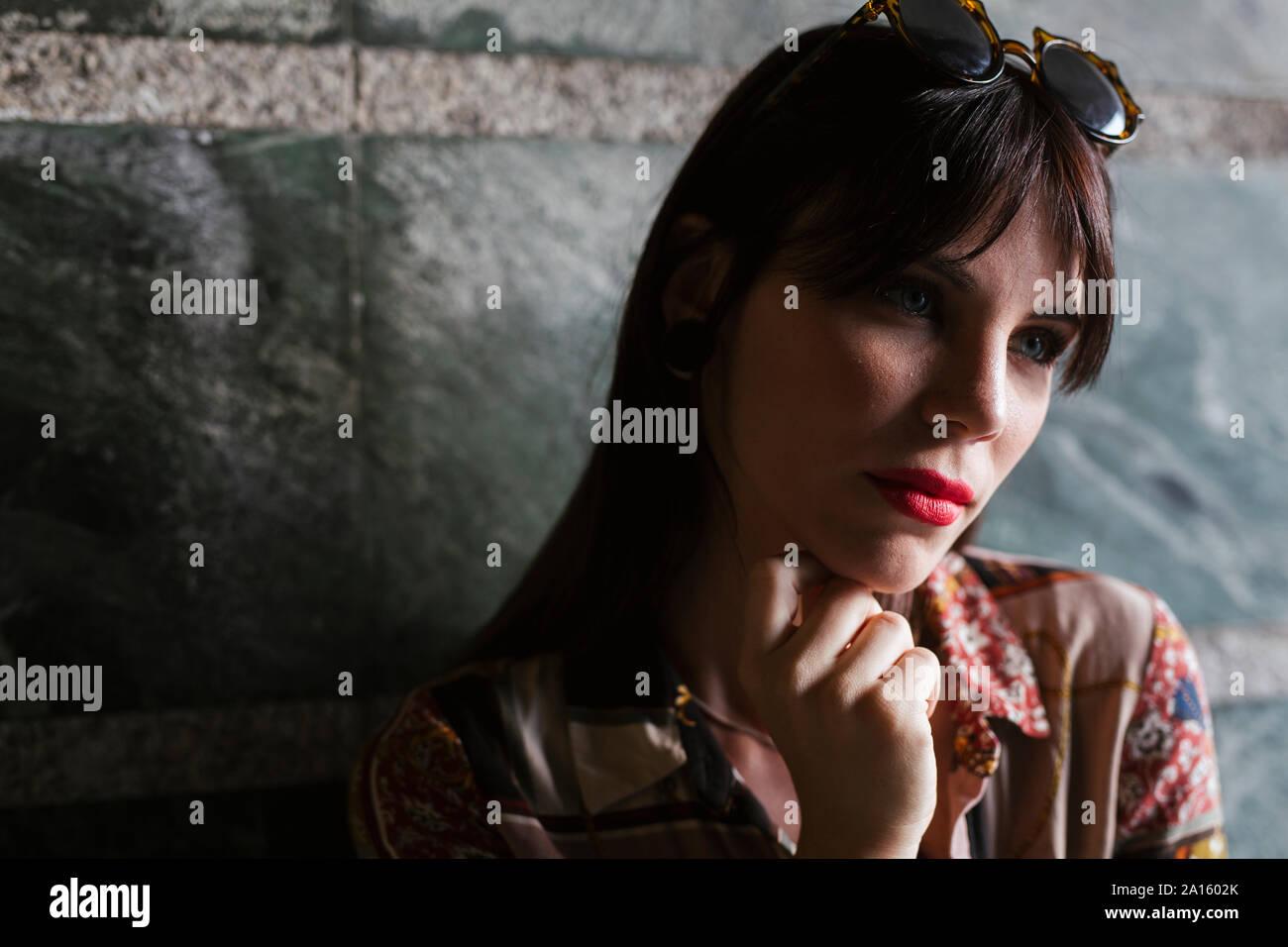 Retrato de hermosa mujer joven morena Foto de stock