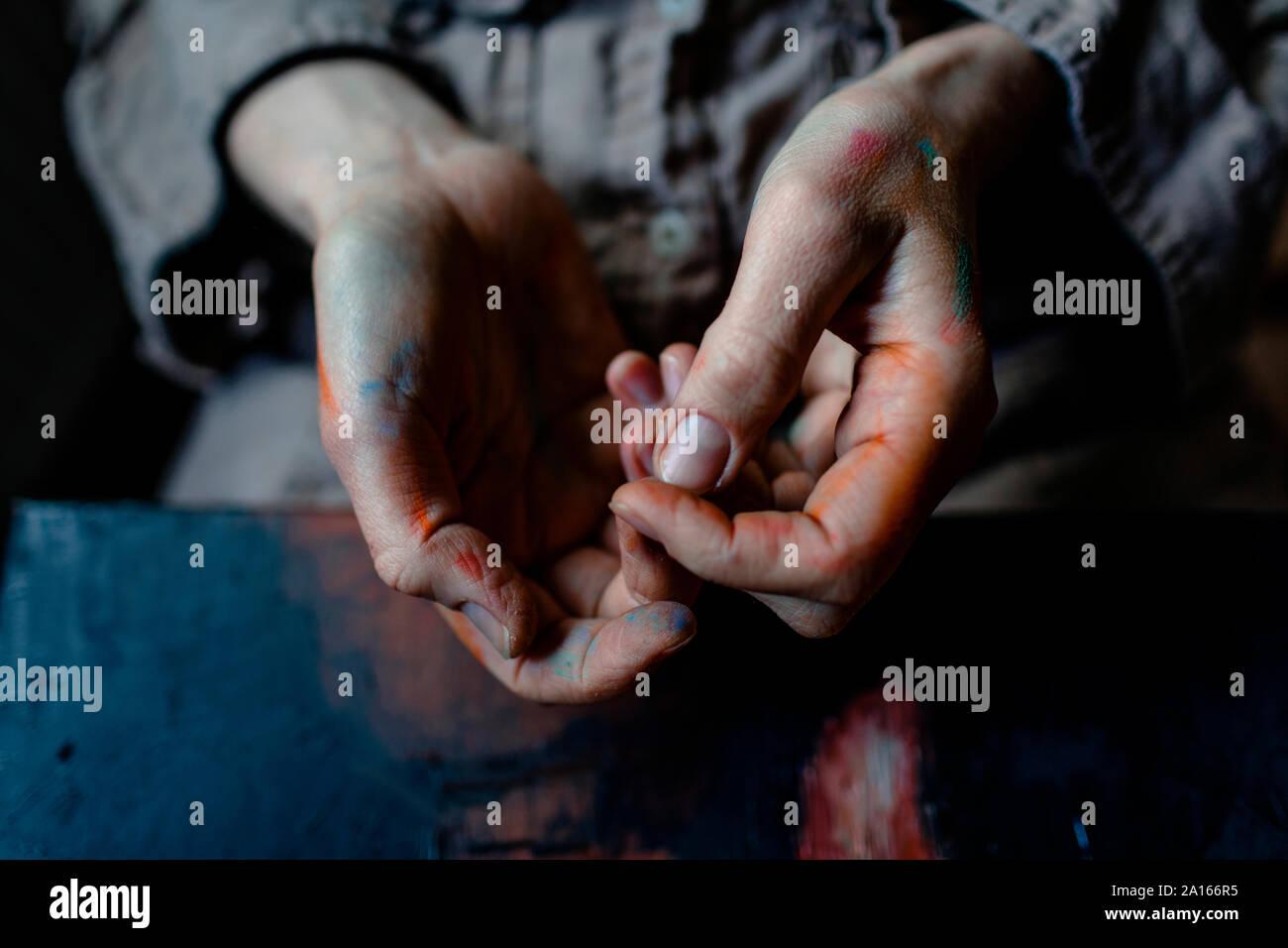 Close-up de manos pintadas de un pintor femenino en su studio Foto de stock