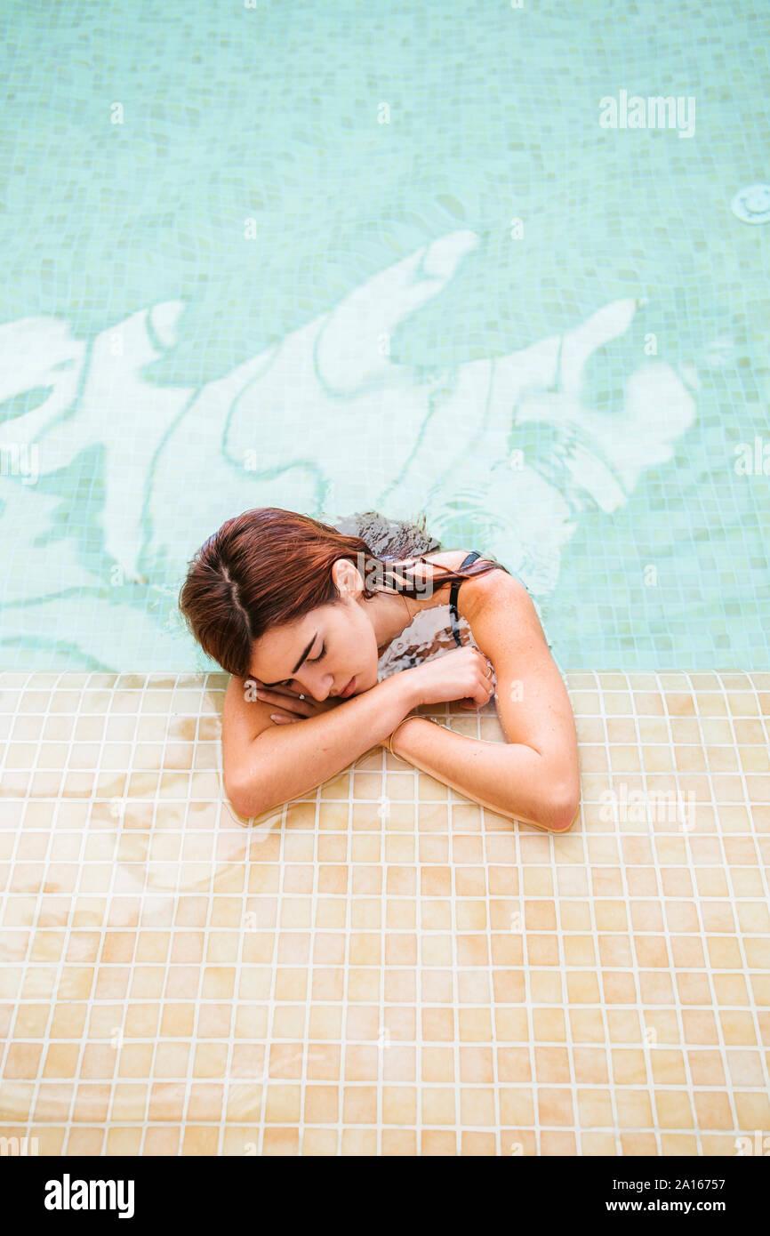 Mujer joven relajándose en la piscina de un spa. Foto de stock
