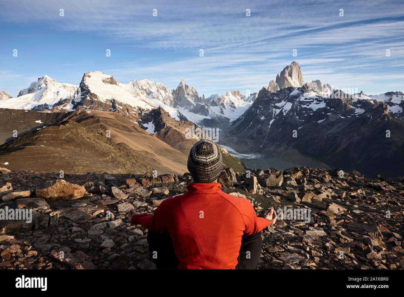Hombre mirando el Fitz Roy y el Cerro Torre, las montañas del Parque Nacional Los Glaciares, Patagonia, Argentina Foto de stock