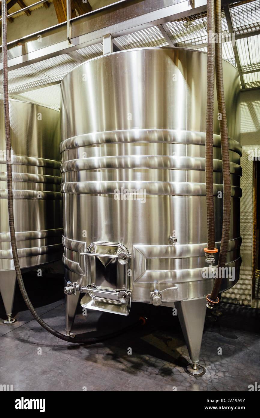 Acero inoxidable depósito de vino en una bodega. Foto de stock