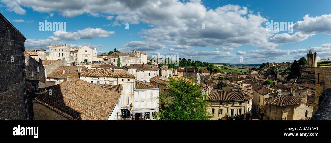 Vista panorámica de la aldea de Saint-Emilion, de la región de Burdeos, Francia. Foto de stock