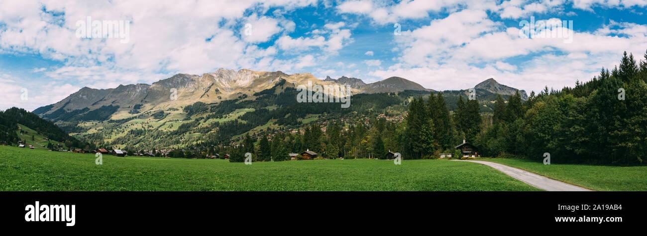 Vista panorámica del pueblo de montaña suizo de Les Diablerets. Foto de stock