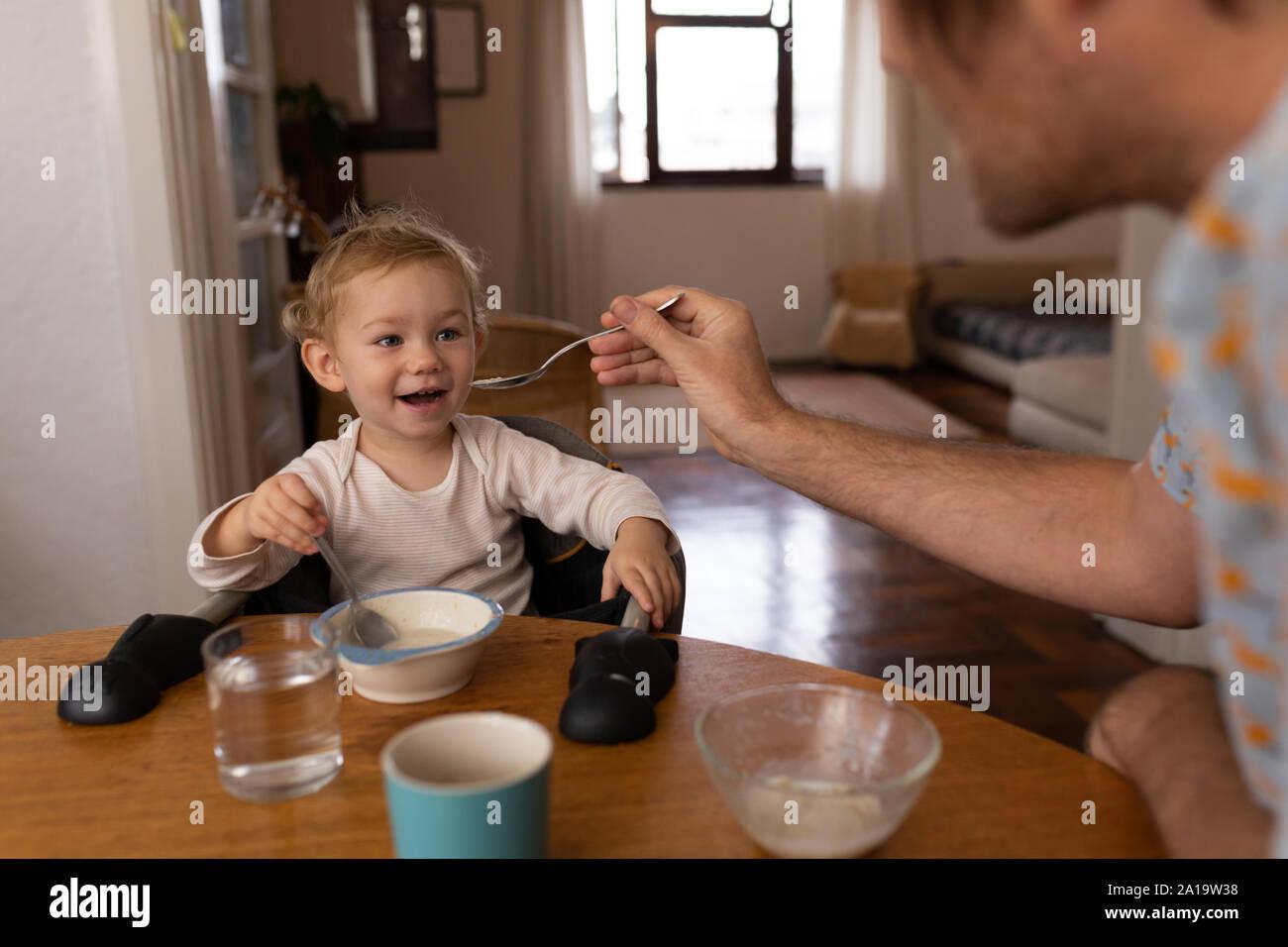 Padre y su bebé disfrutando de tiempo juntos Foto de stock