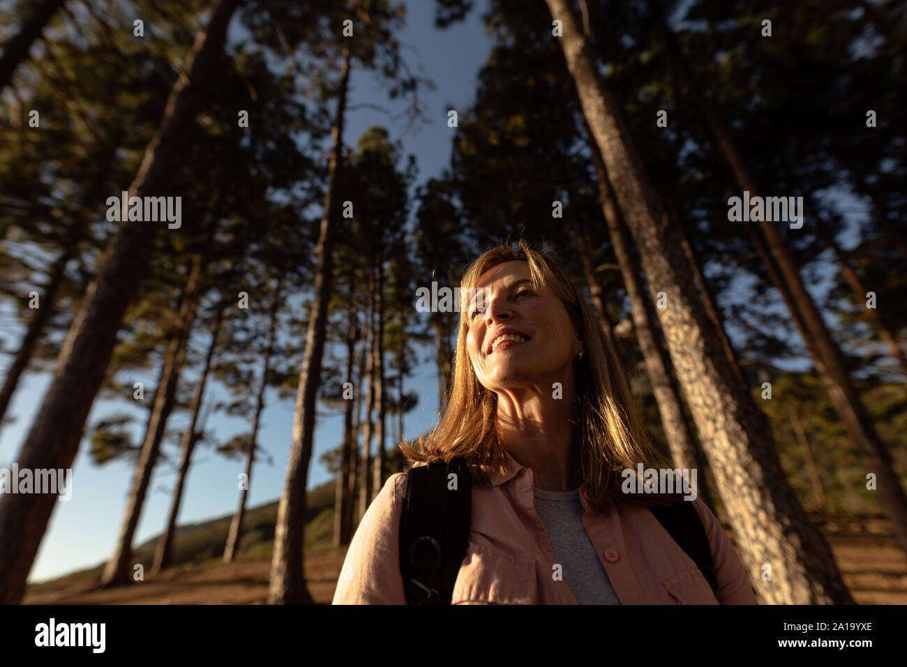 Mujer de mediana edad disfrutando de tiempo fuera en la naturaleza Foto de stock