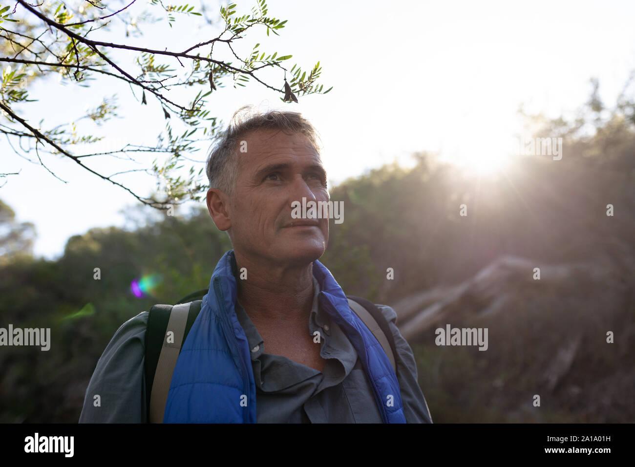 Un varón de mediana edad disfrutando de tiempo fuera en la naturaleza Foto de stock