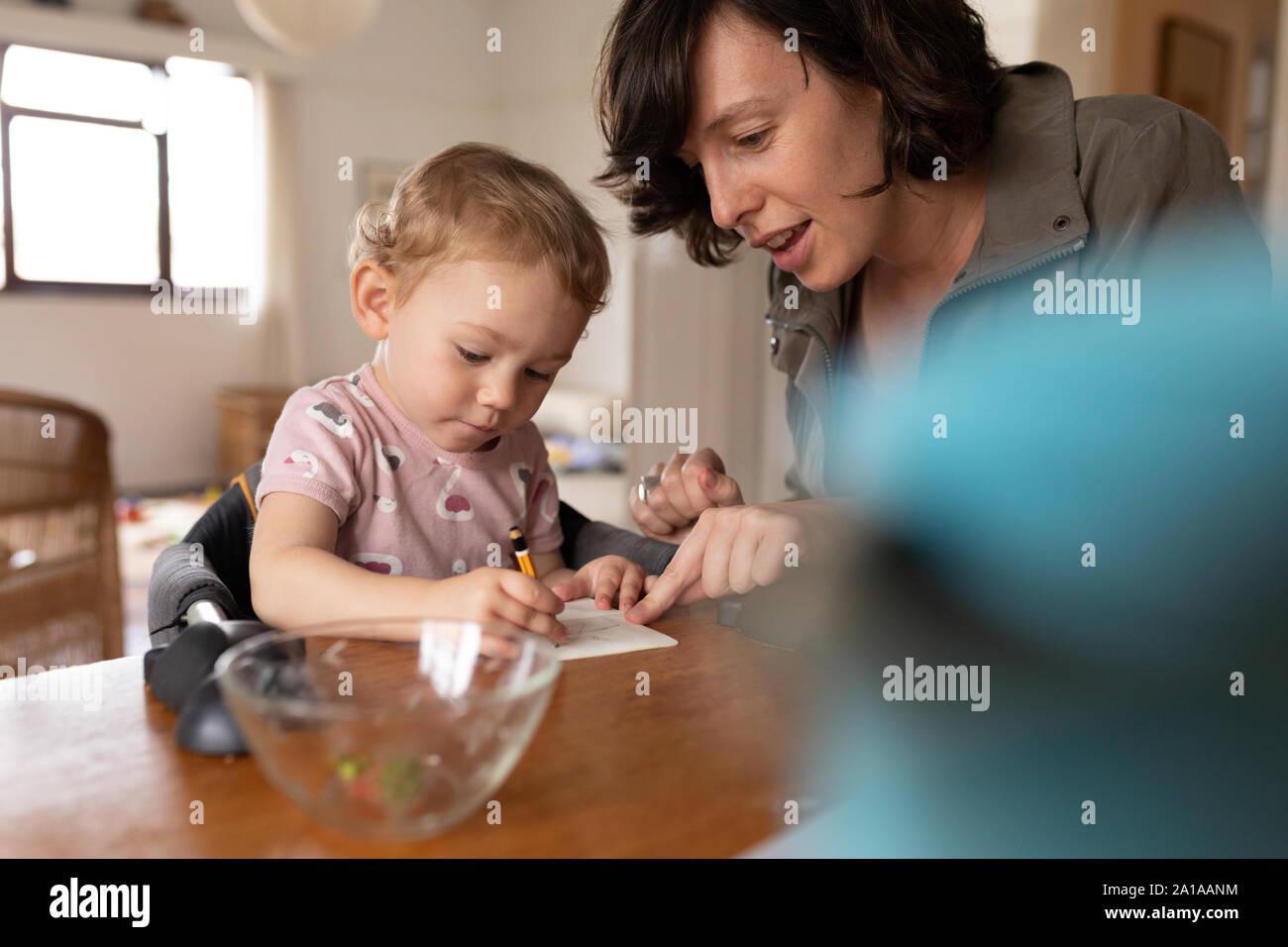 La madre y su bebé se divierten juntos Foto de stock