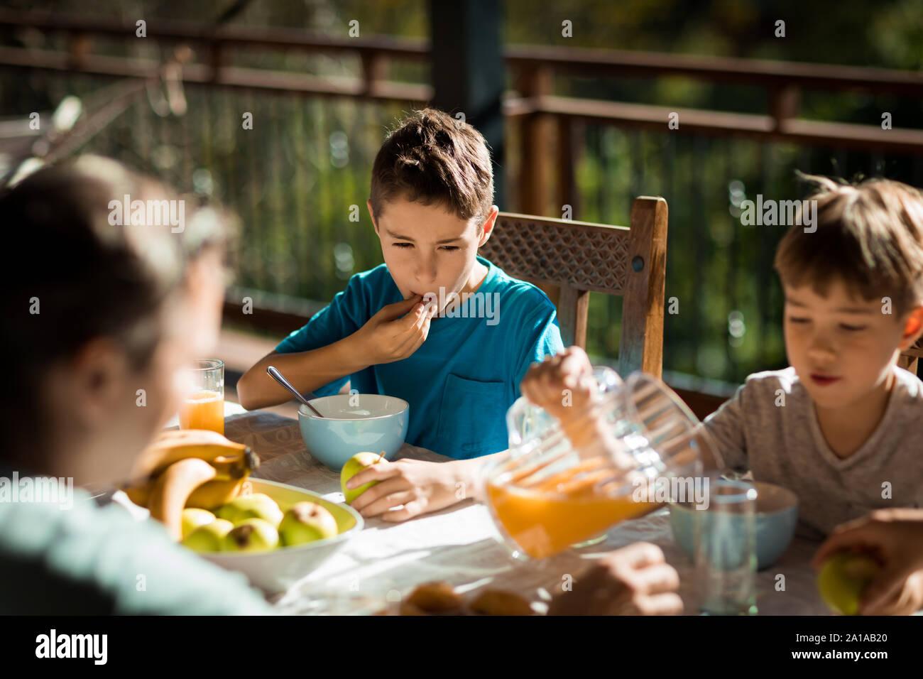 Familia disfrutar del tiempo juntos en casa Foto de stock