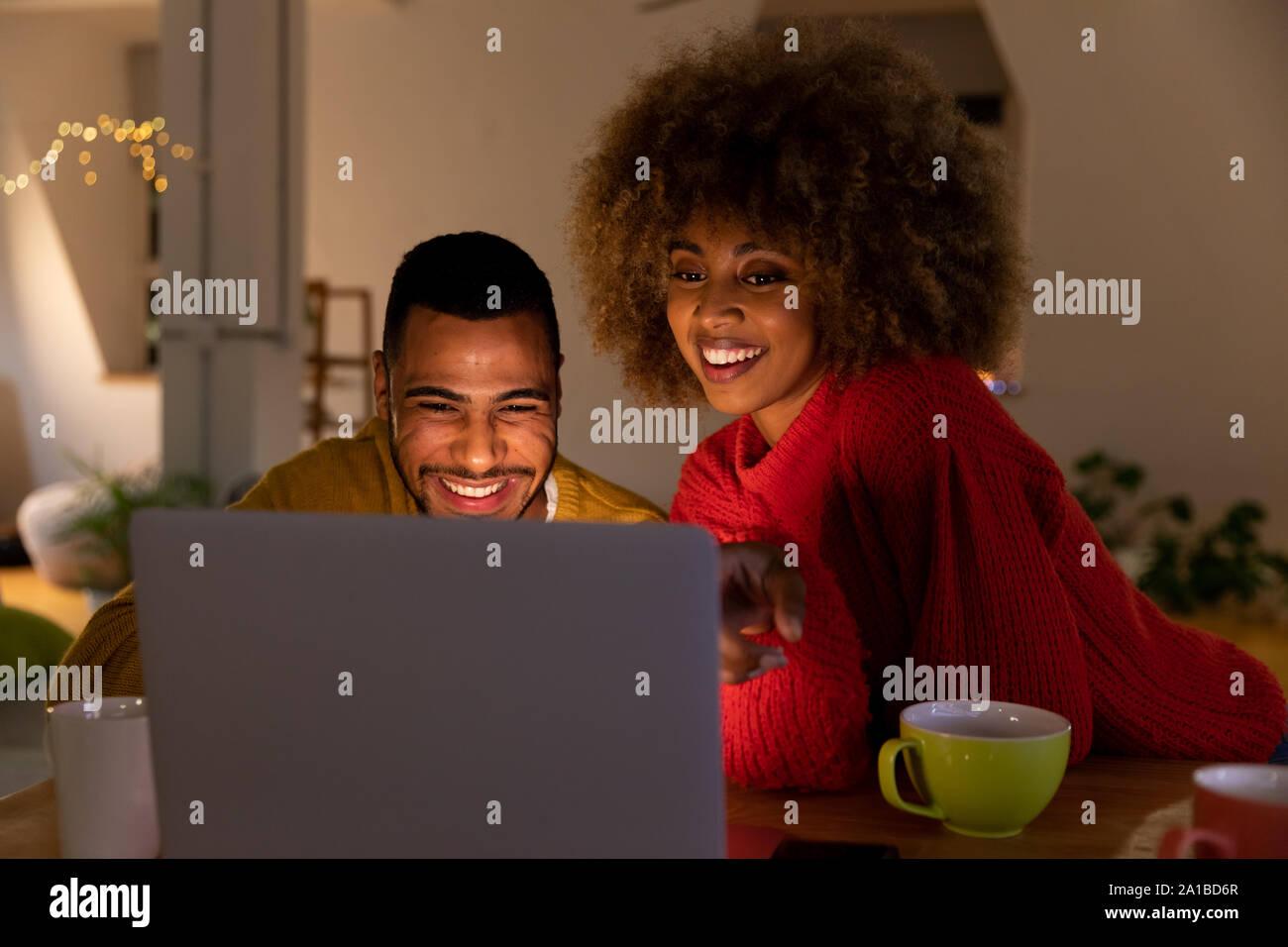 La milenaria de amigos adultos socializar juntos en casa Foto de stock